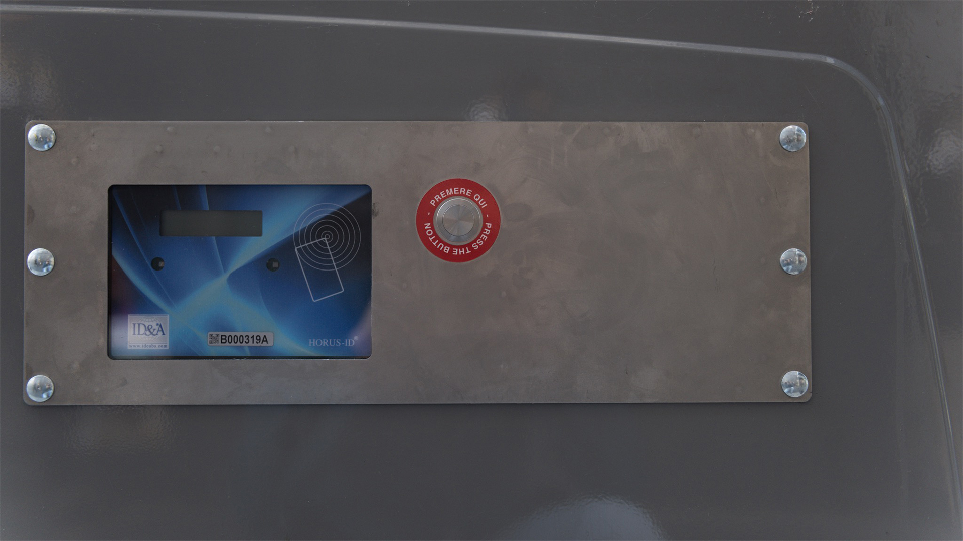 Para abrir los contenedores hay que presionar un botón y luego pasar una tarjeta magnética por la pantalla