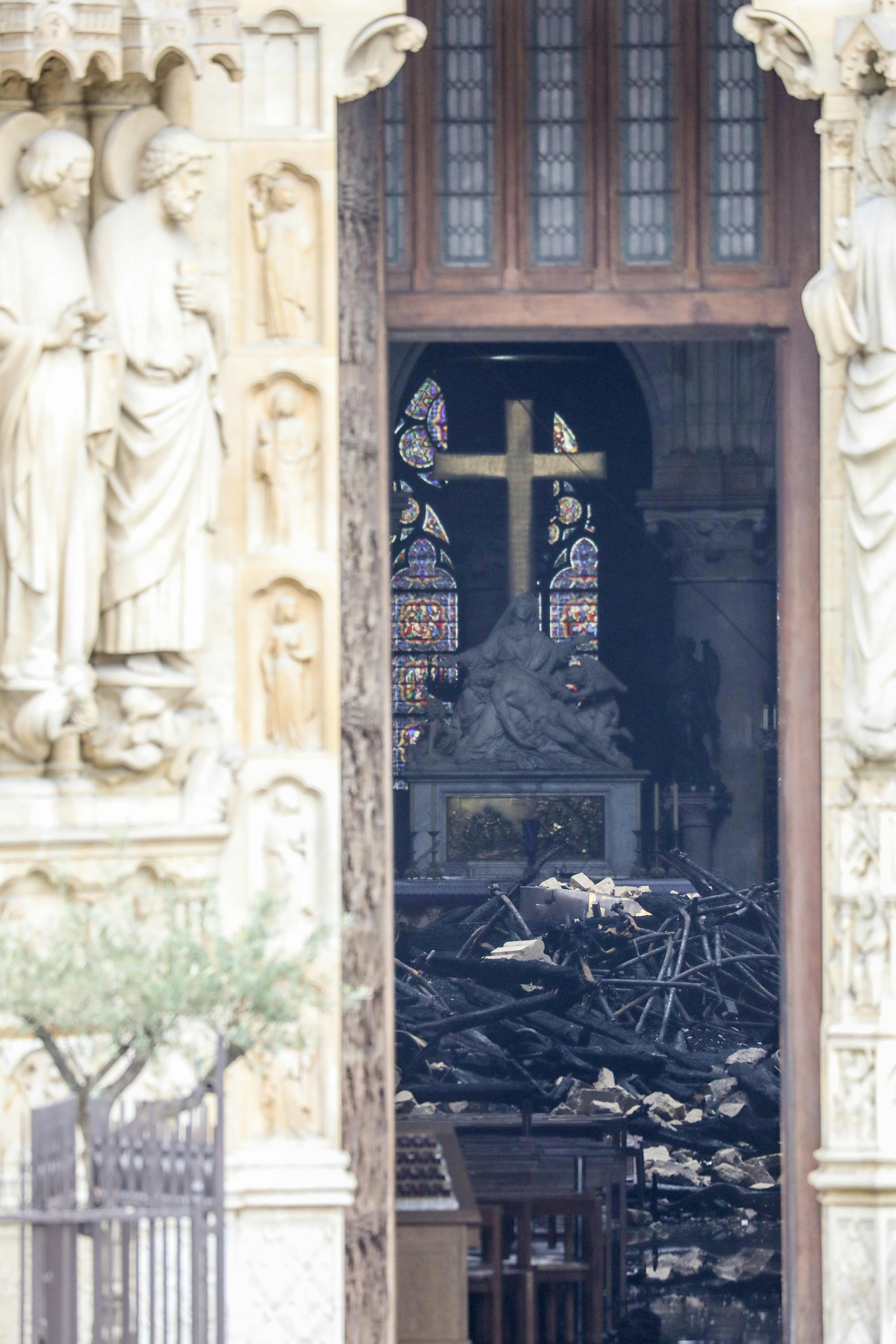Los restos que dejó el incendio, observados desde el exterior