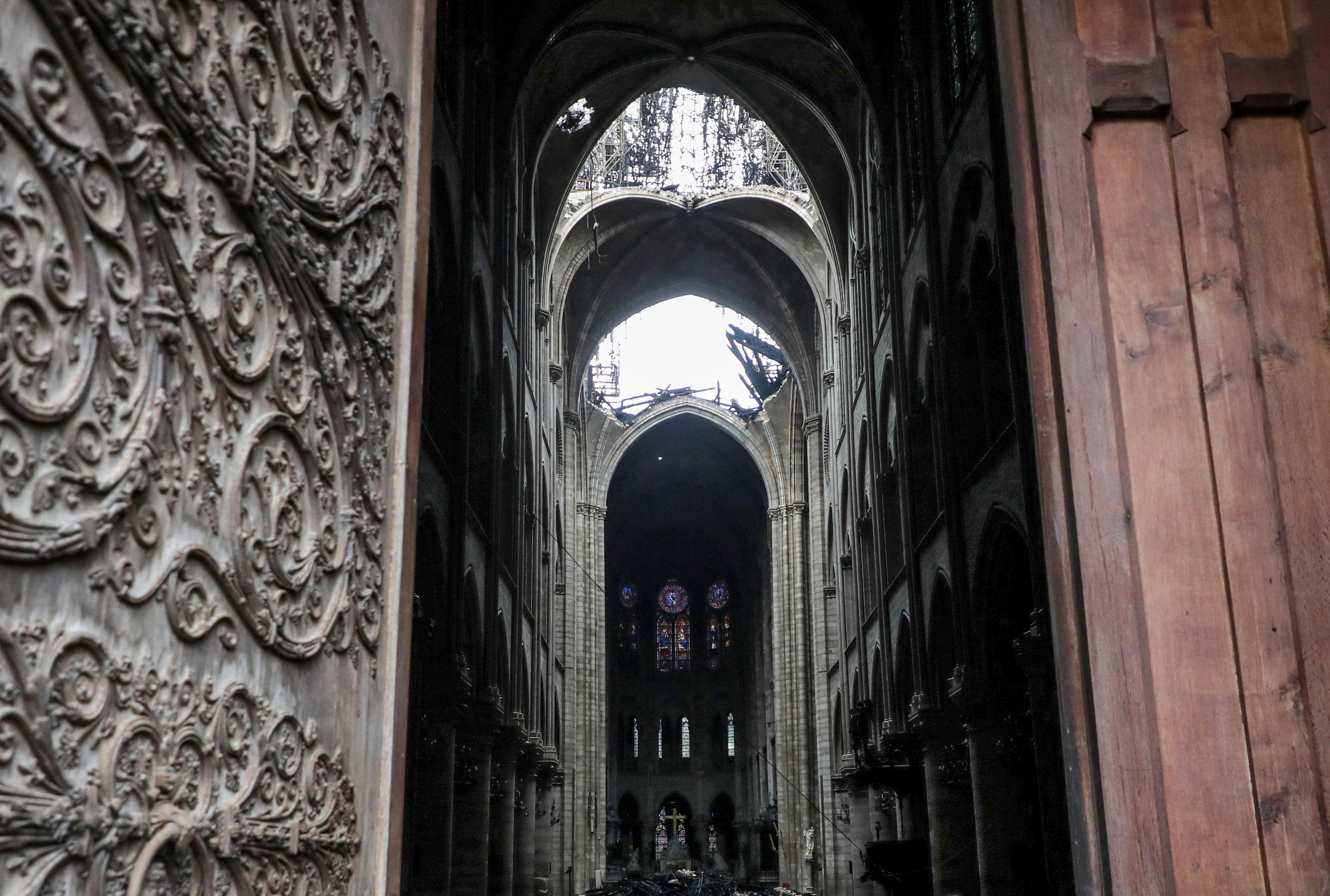 Desde la puerta se ve el hueco que quedó en el techo de la catedral