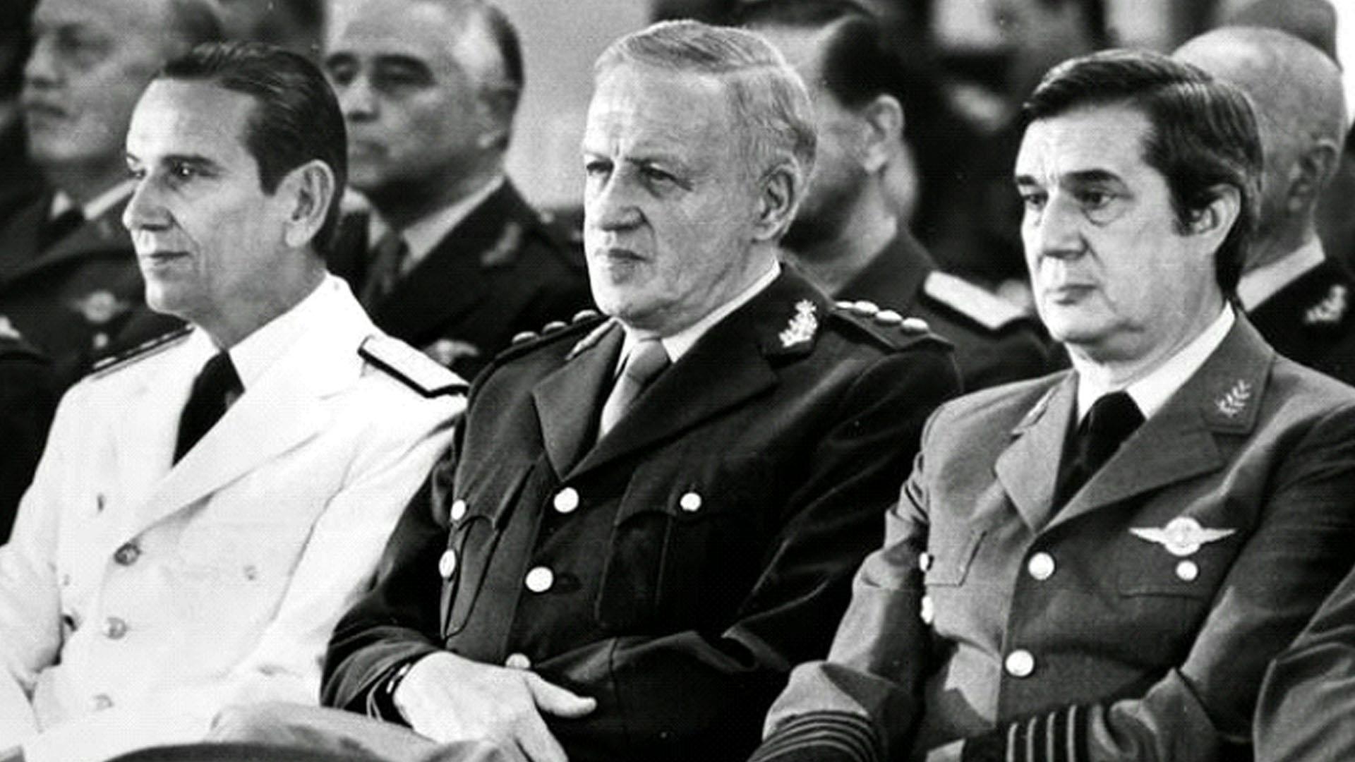 (La Junta militar. A la derecha, el Brigadier Lami Dozo)