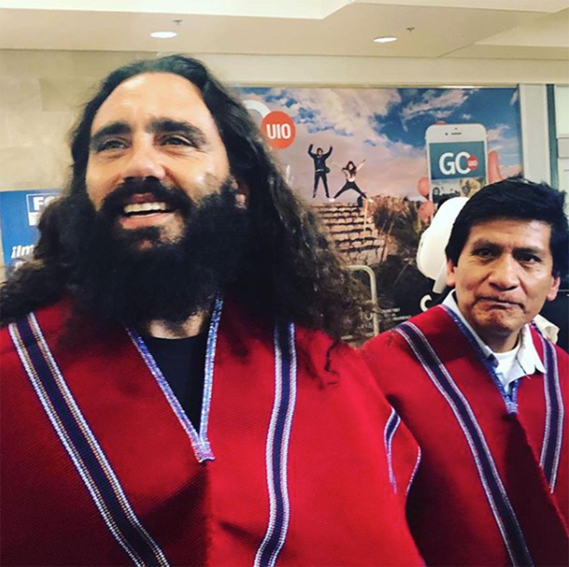 """El exjugador está comprometido con varias causas sociales. Acá, en Ecuador, apoyando al equipo de fútbol """"Mushuc Runa"""" de la comunidad indígena."""