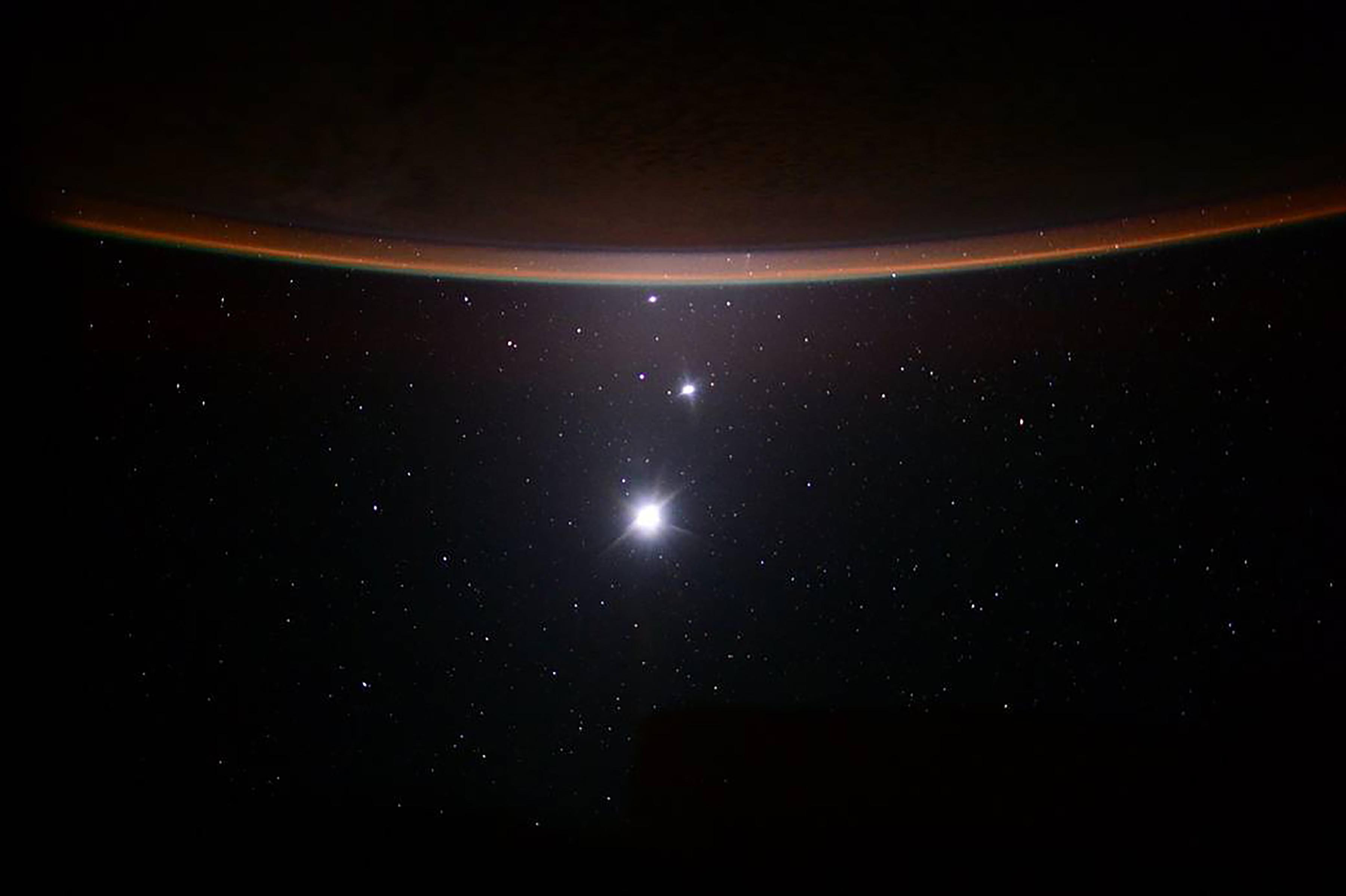 Una foto proporcionada por Scott Kelly / NASA muestra la luna, Venus y Júpiter, vistos desde la Estación Espacial Internacional, el 19 de julio de 2015. (Scott Kelly/NASA via The New York Times)