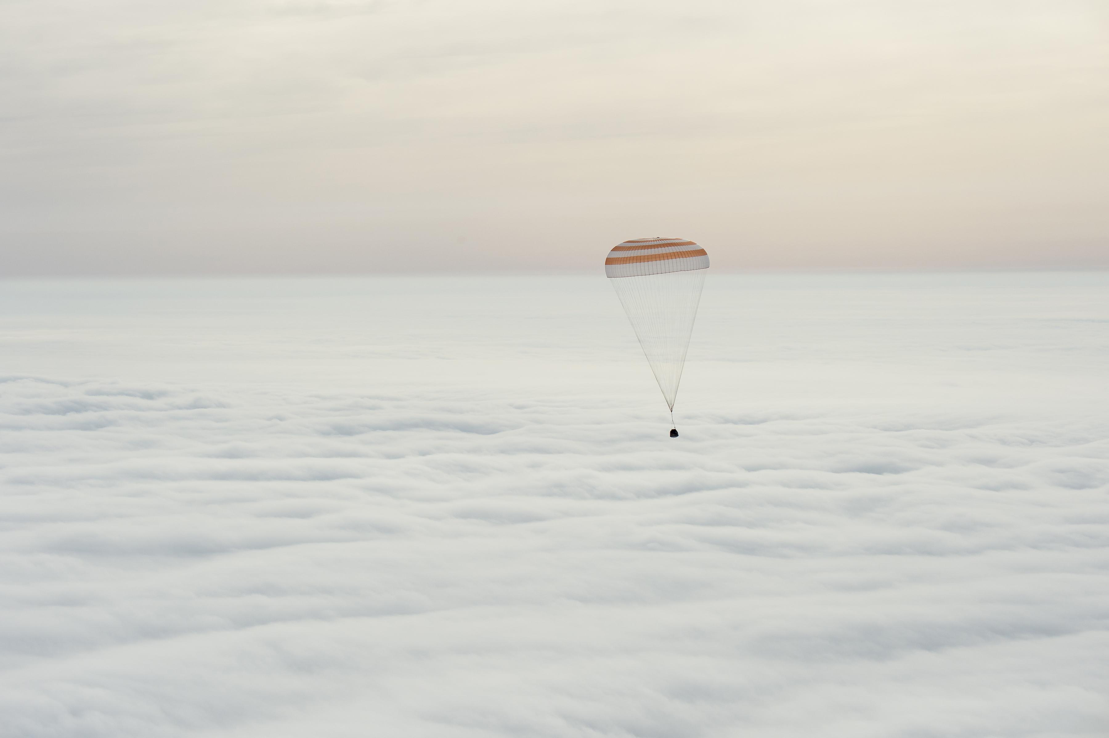 Kelly y los cosmonautas Mikhail Kornienko y Sergey Volkov regresaron a la Tierra en esta cápsula el 2 de marzo de 2016. (Bill Ingalls/NASA via The New York Times)