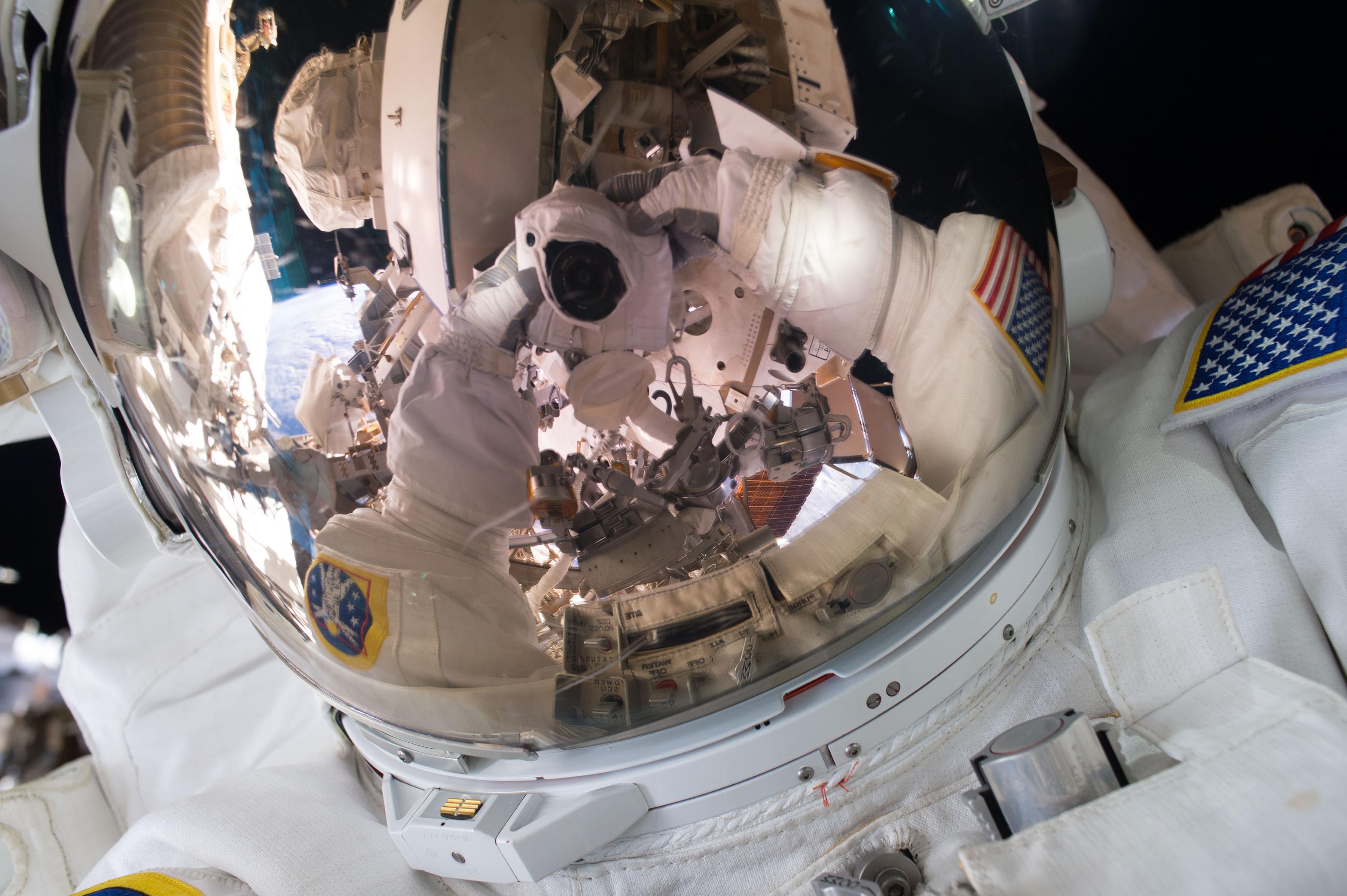 Scott Kelly tomándose una selfie en2015 (Scott Kelly/NASA via The New York Times)