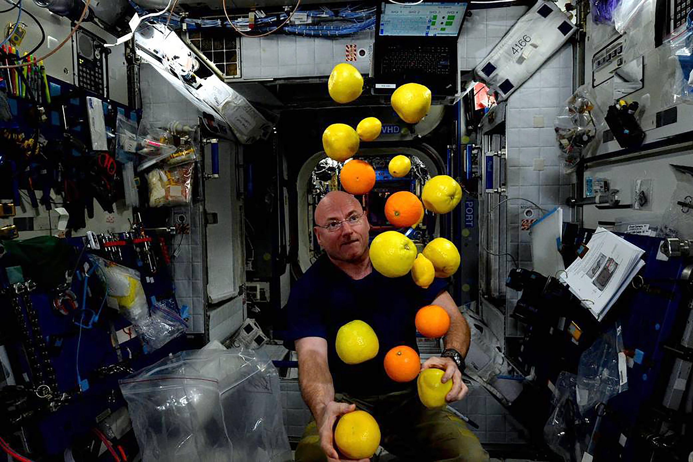 Kelly es adepto para el malabarismo de gravedad cero. (Scott Kelly/NASA via The New York Times)