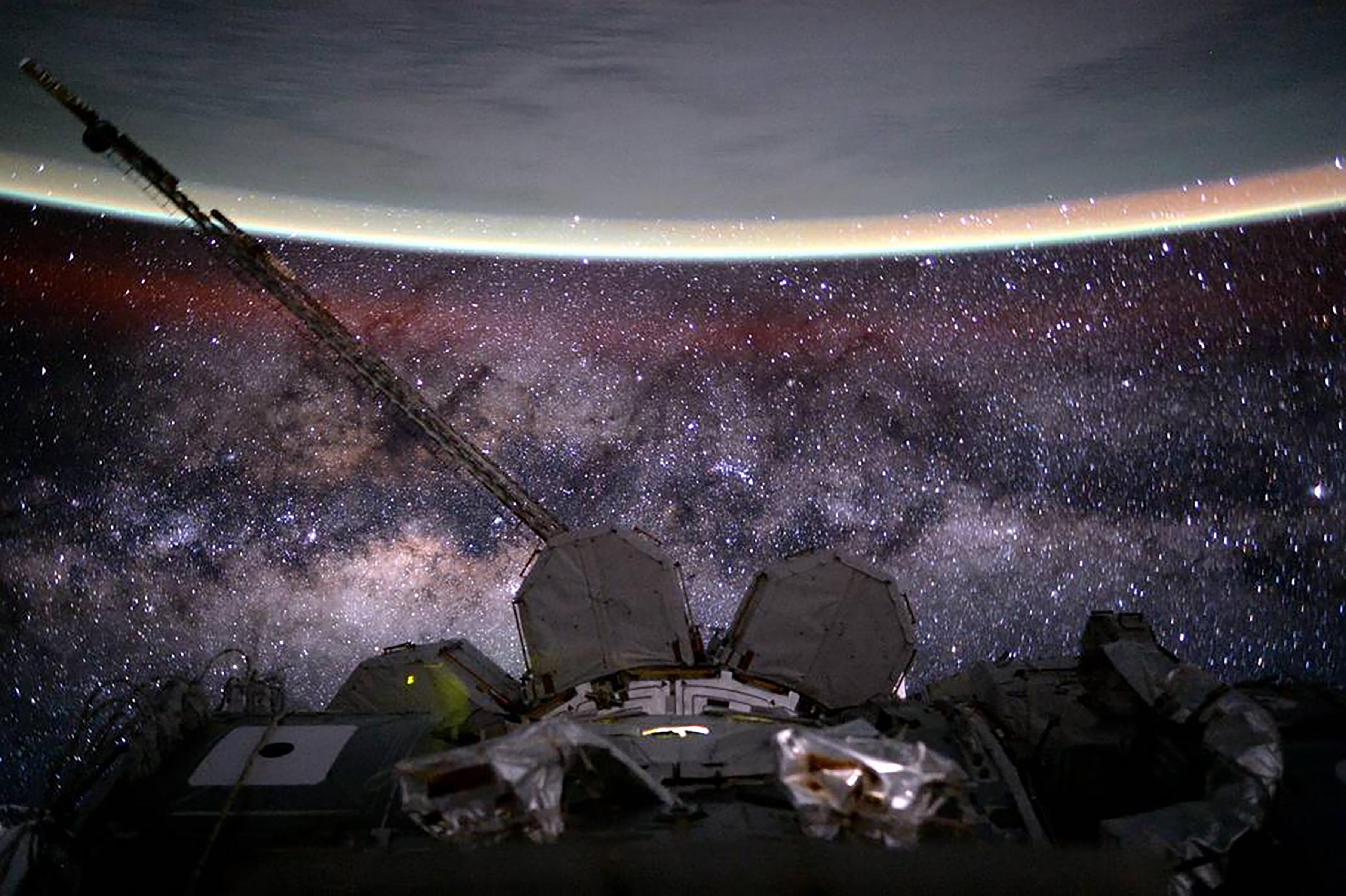 La Vía Láctea, la Estación Espacial Internacional y la Tierra (Scott Kelly/NASA via The New York Times)