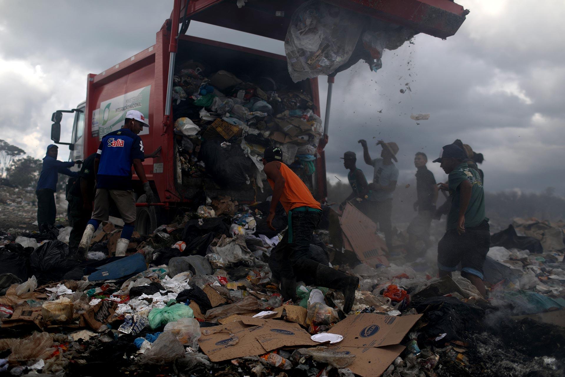 Cuando llegan los camiones de basura, cientos de venezolanos llegan para revolverla (REUTERS/Pilar Olivares)