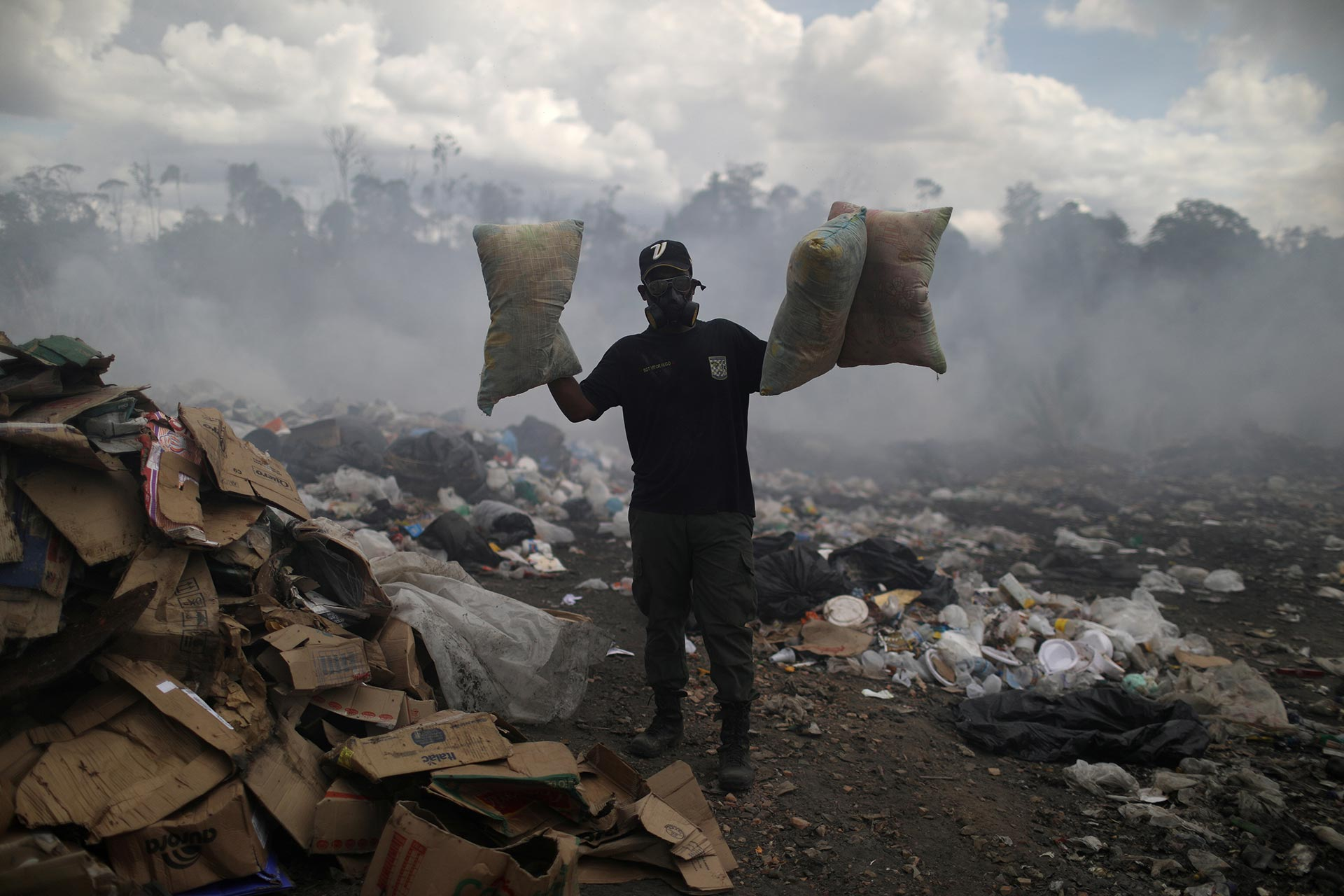 Un venezolano muestra lo que fue encontrando en la basura (REUTERS/Pilar Olivares)