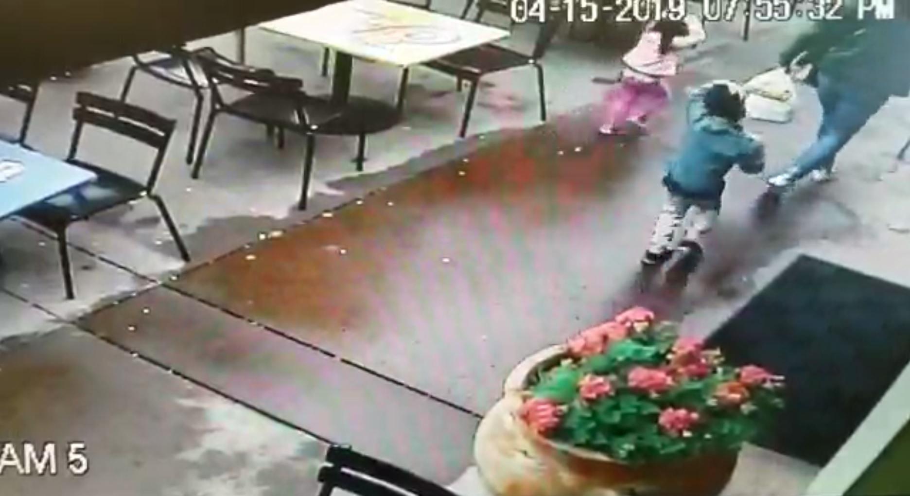 Los niños vieron el auto y de forma instintiva se cubrieron la cabeza mientras la madre fue la última en percatarse Foto: (Impresión de pantalla video Departamento de Napa)
