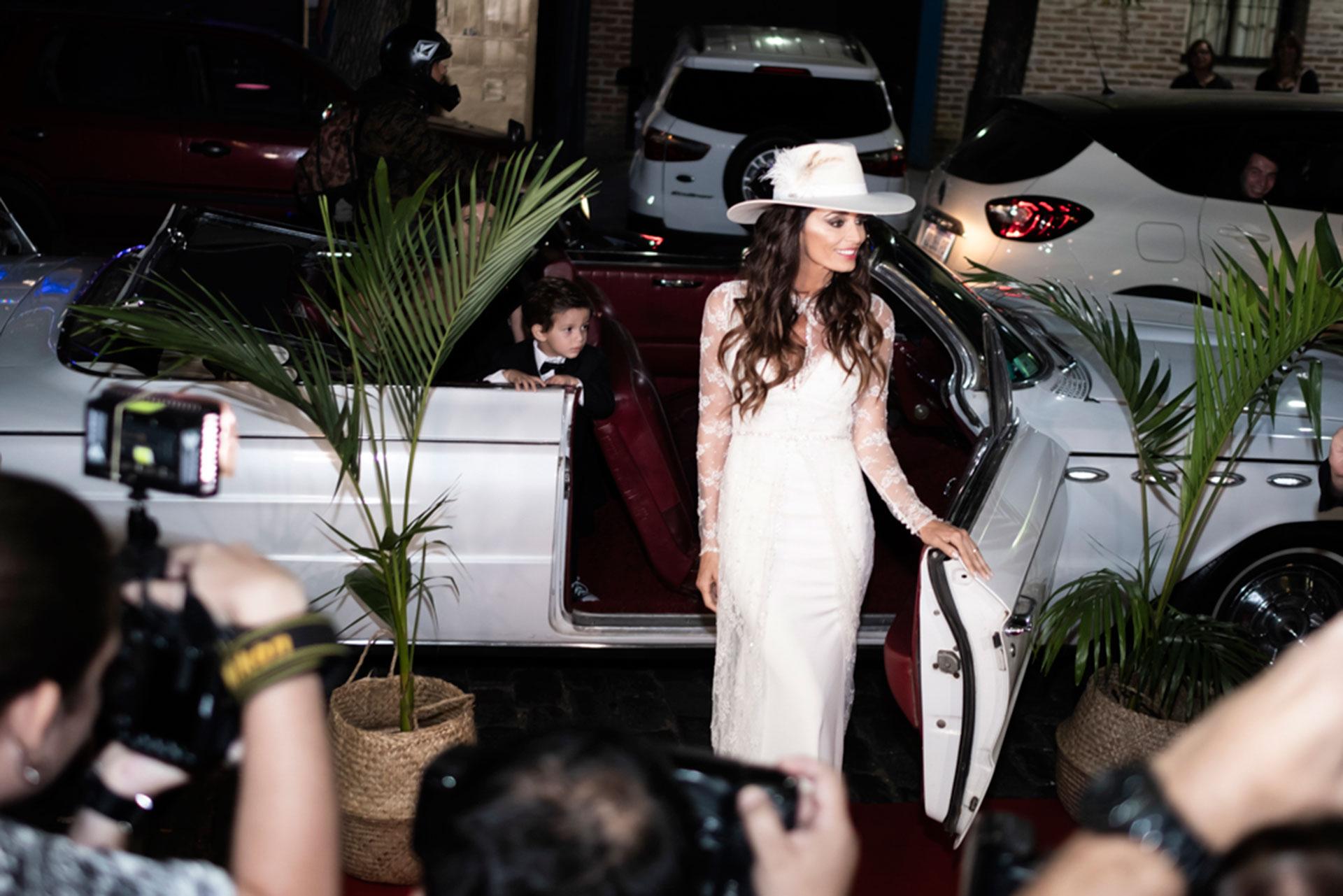 Paz lució un vestido blanco y corto, con brillos.