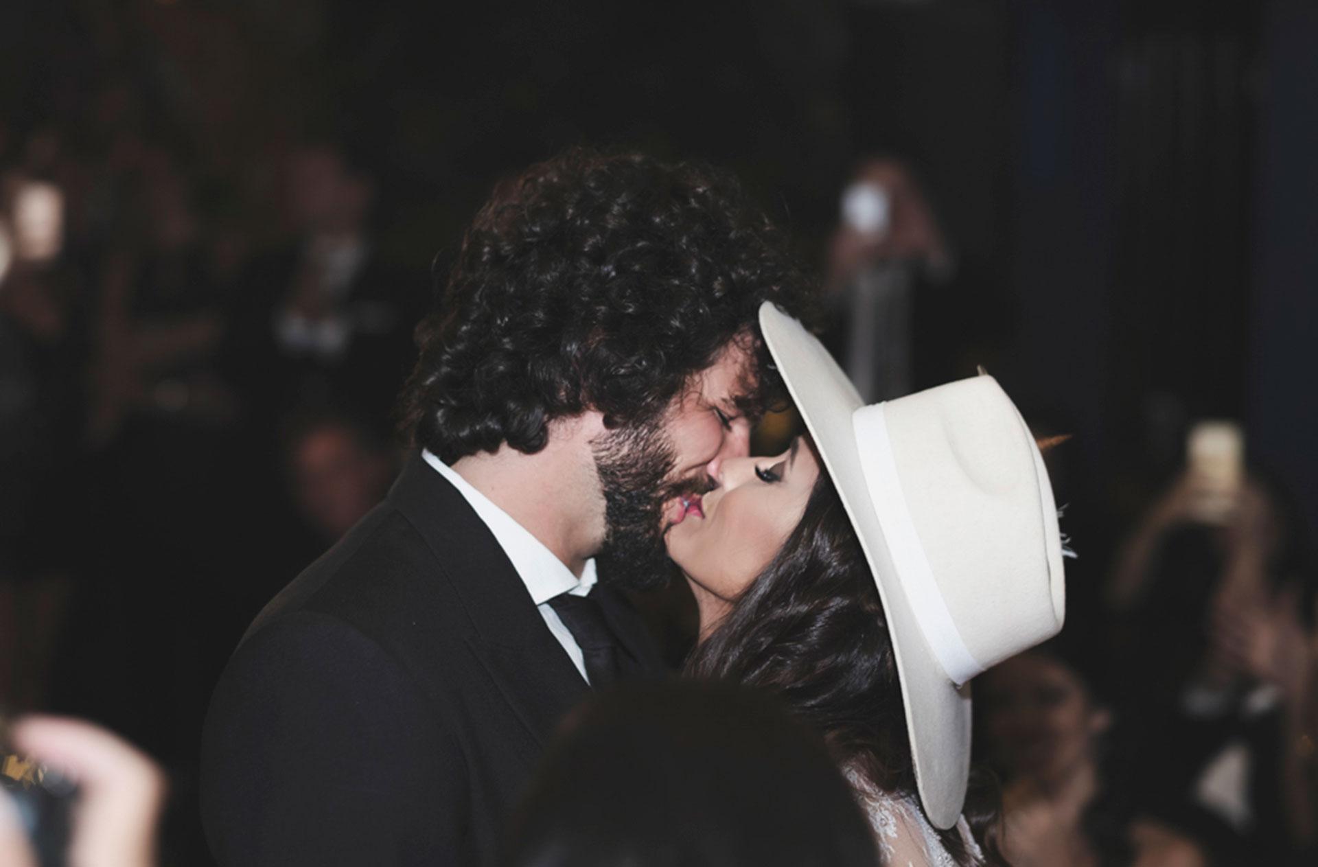 El primer beso como esposos.