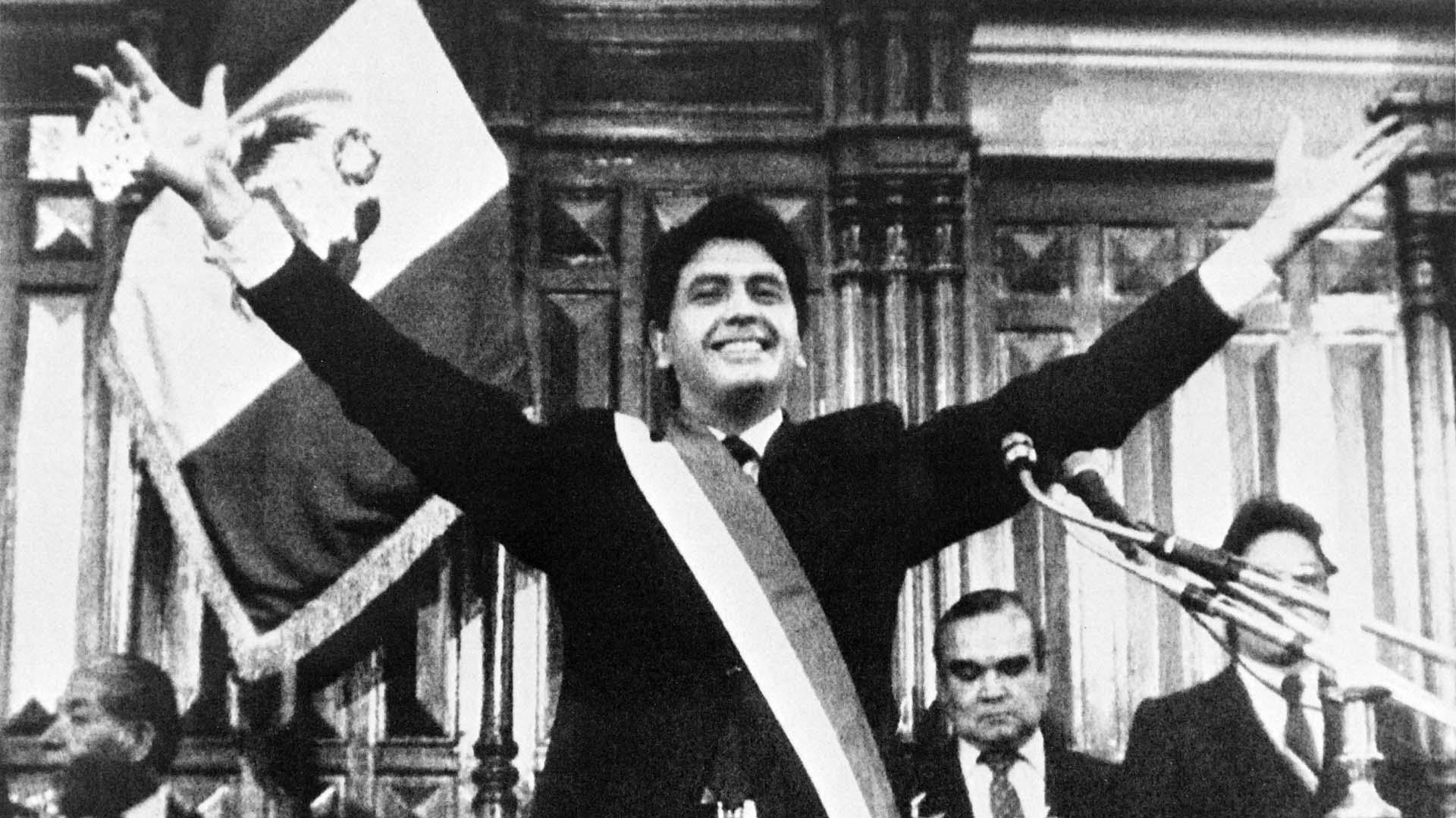 Alan García y su típico saludo a brazos abiertos, al ser investido como presidente en 1985. Tenía 36 años cuando llegó a la Presidencia