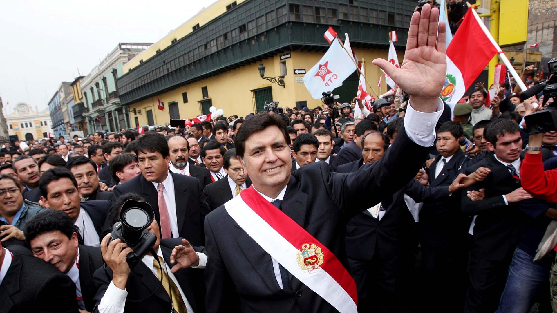 García saluda en las calles tras iniciar su segundo mandato, el 28 de julio del 2006