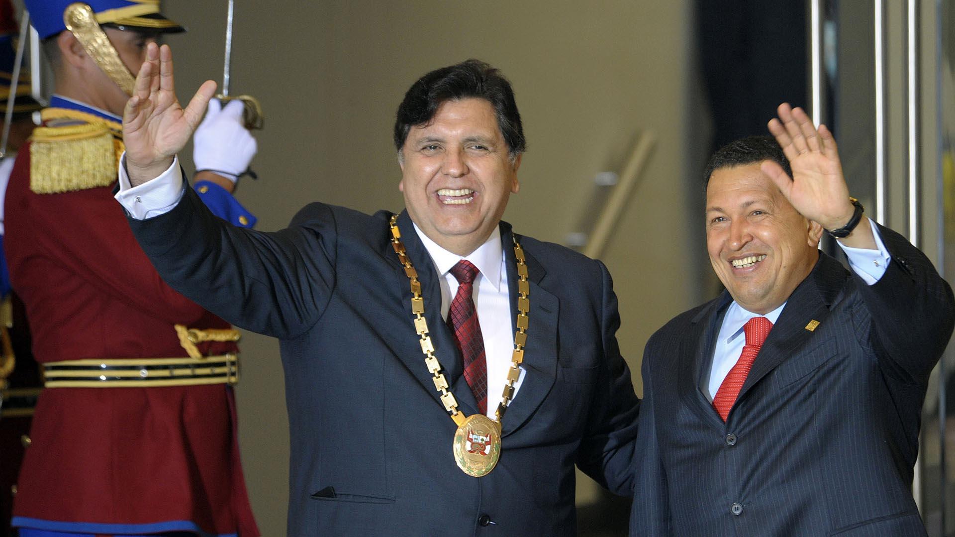 García y Hugo Chávez saludan durante una cumbre de CELAC-UE
