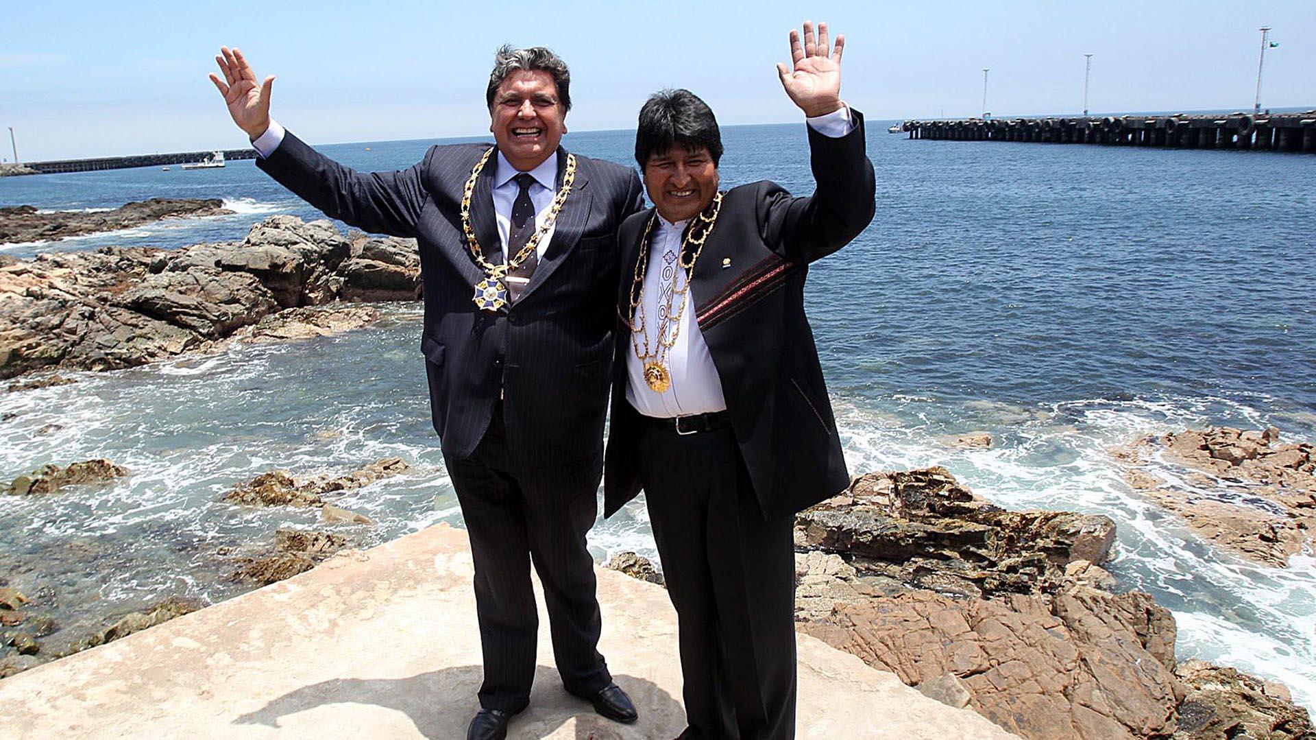 García posa con Evo Morales en el puerto de Ilo, en el sur del Perú, durante conversaciones para un acceso soberano de Bolivia al mar