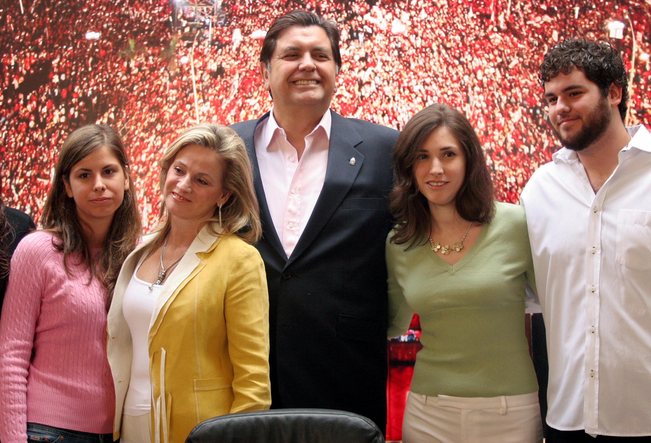 El ex mandatario junto a Pilar Nores, su ex esposa, y tres de sus hijos. Posteriormente reconoció a un hijo extramatrimonial