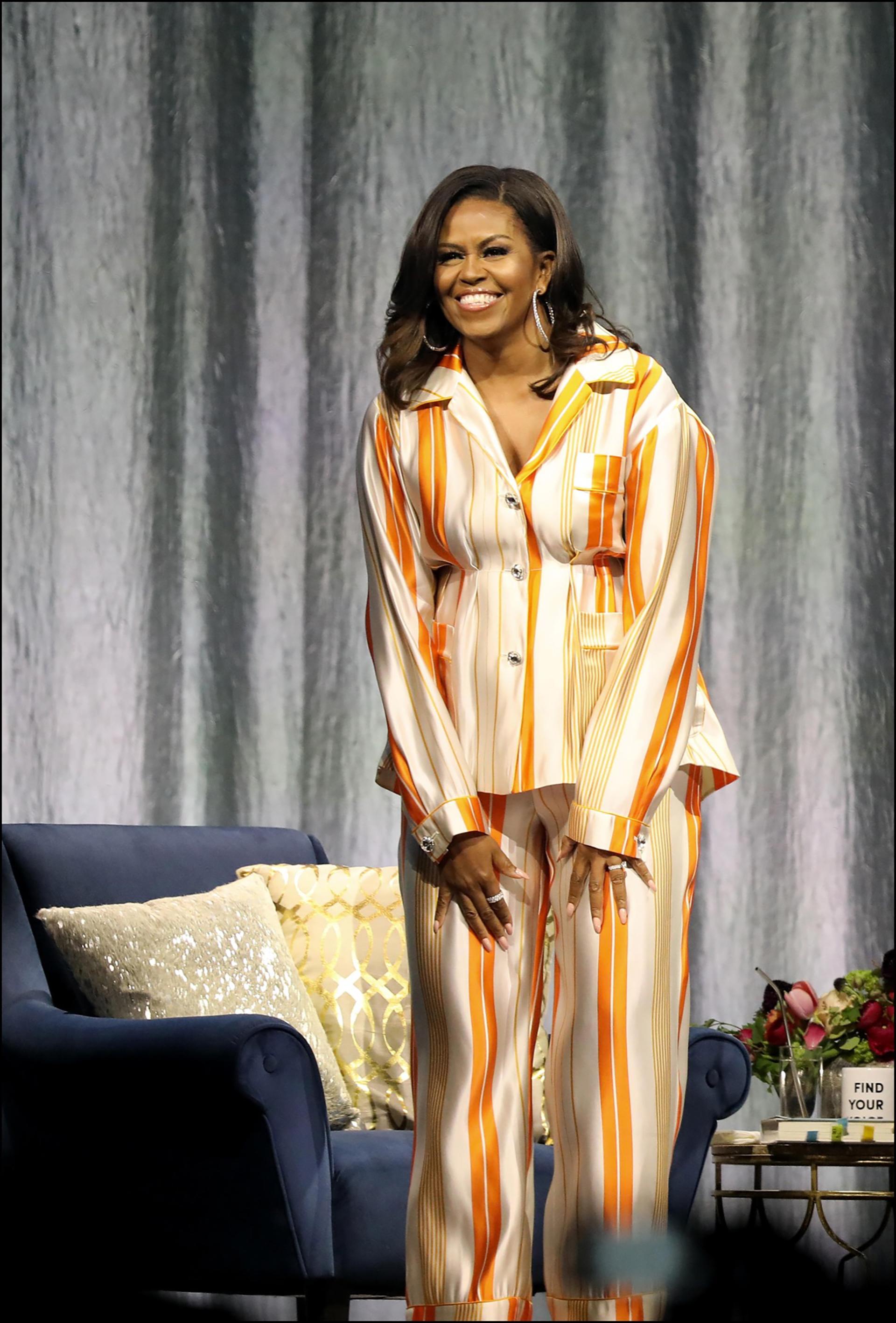 Muy canchera, Michelle Obama presentó su libro en pijamas.