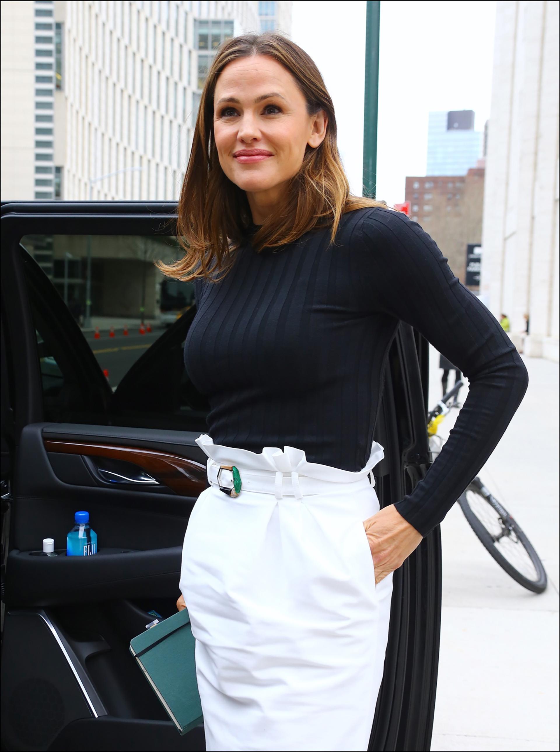 Para compensar la silueta, llama la atención en la falda un cinturón que resalta la cintura.