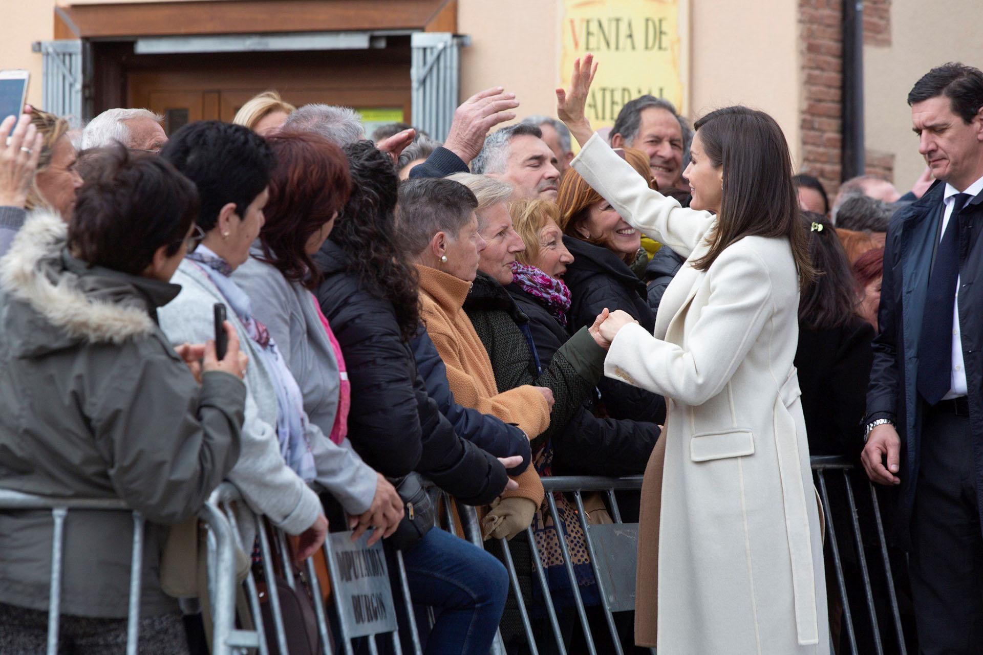 A la salida, Letizia saludó a varios vecinos de la localidad burgalesa de Lerma /// Fotos: EFE