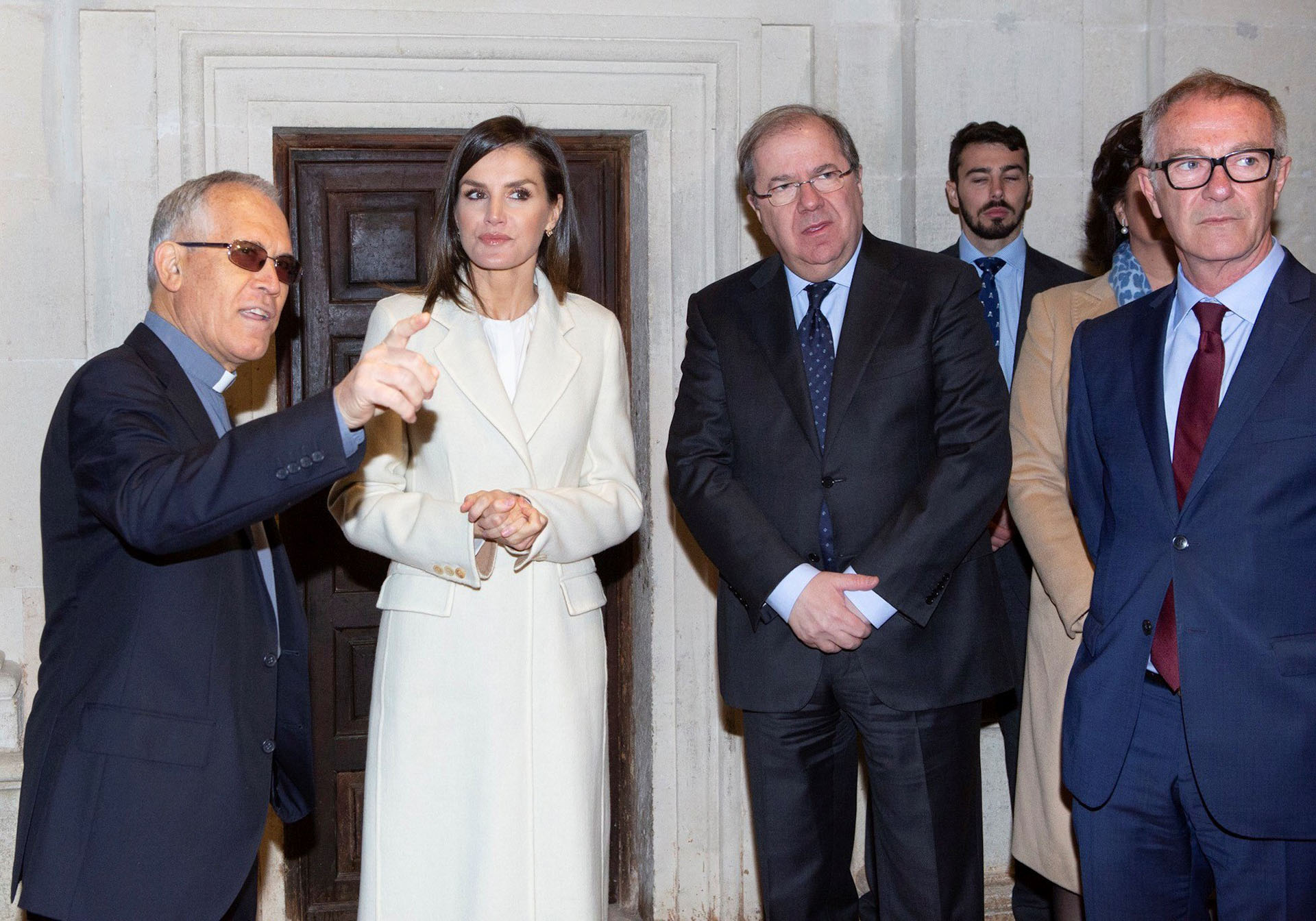 Letizia, acompañada por el ministro de Cultura y Deporte, José Guirao, y el presidente de la Junta de Castilla y León, Juan Vicente Herrera, escucha al curador de la muestra