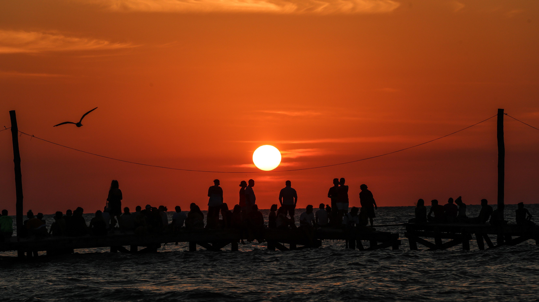 HOLBOX, QUINTANA ROO- Decenas de turistas y habitantes de Holbox se reunieron para observar la puesta de sol en la isla. FOTO: ELIZABETH RUIZ /CUARTOSCURO