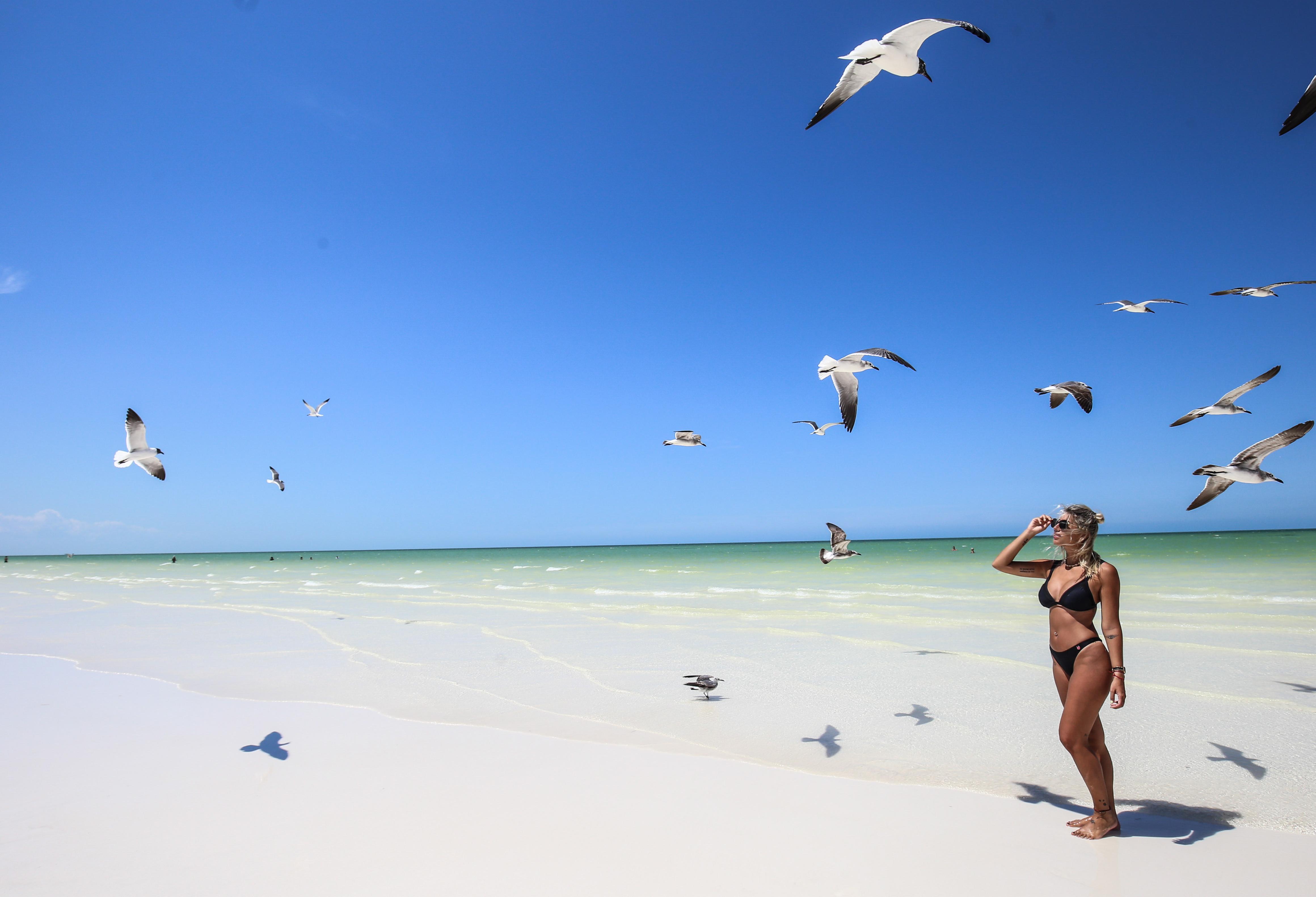 HOLBOX, QUINTANA ROO,- Turistas nacionales y extranjeros disfrutan de las arenas blancas en la isla de Holbox en este fin de semana largo. FOTO: ELIZABETH RUÍZ /CUARTOSCURO