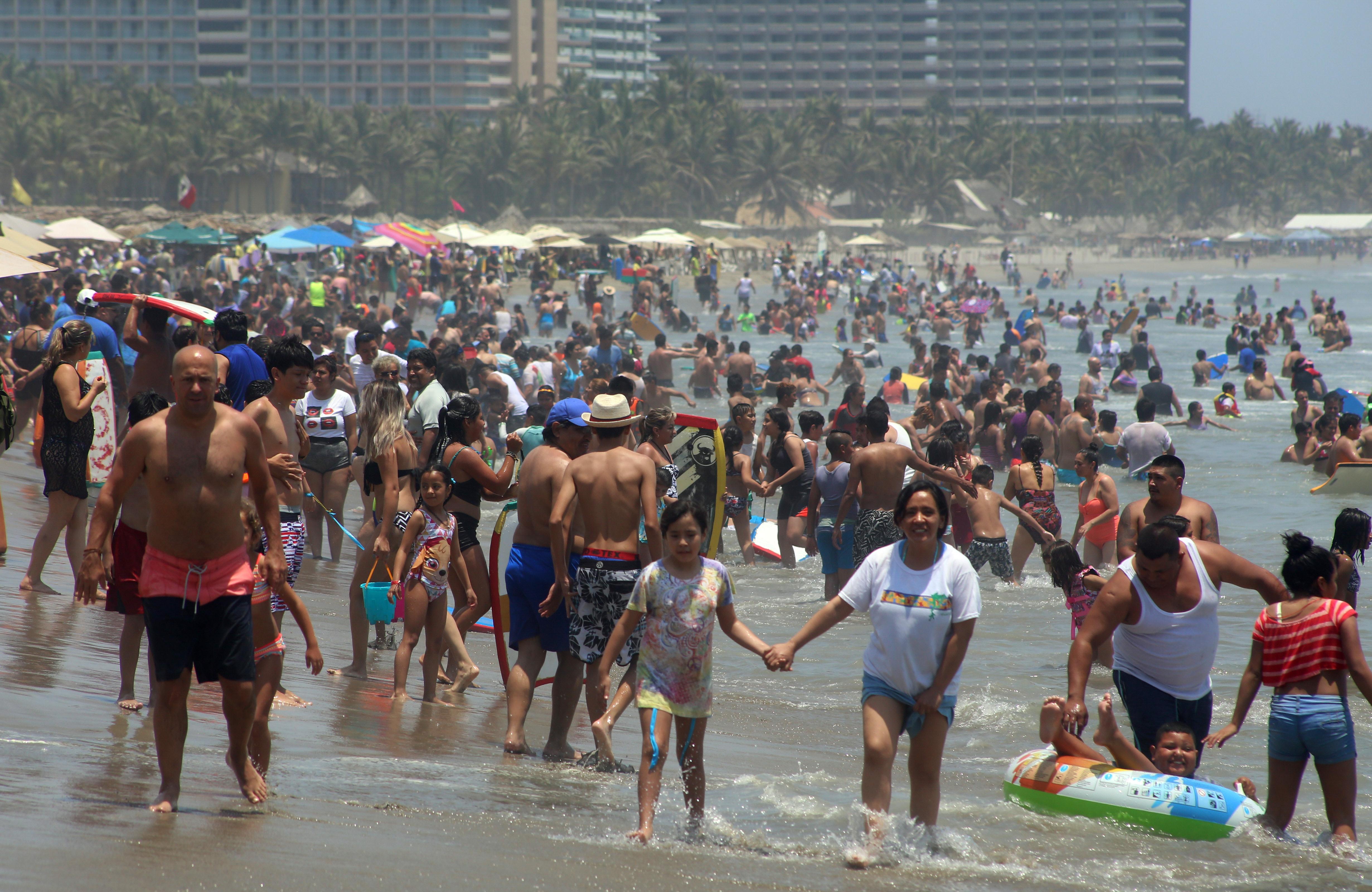 ACAPULCO, GUERRERO, 19ABRIL2019.-Autoridades de la Secretaría de Turismo informaron que hoy el puerto de Acapulco alcanzó un 84.8 por ciento de ocupación hotelera. En la gráfica se aprecia la playa Revolcadero ubicada en la zona Diamante del puerto, una de las visitadas por los vacacionistas. FOTO: ALBERTO CARBAJAL /CUARTOSCURO