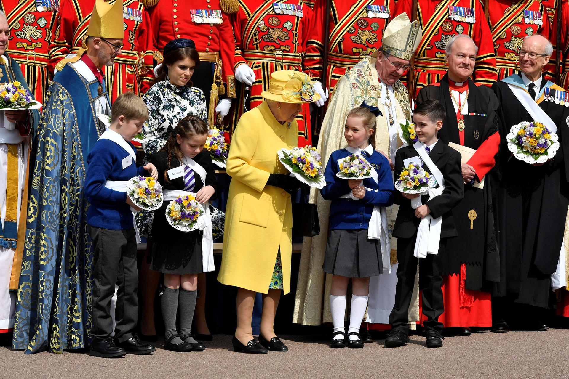 La monarca recibió un ramo de flores y conversó con los niños /// Fotos: Reuters