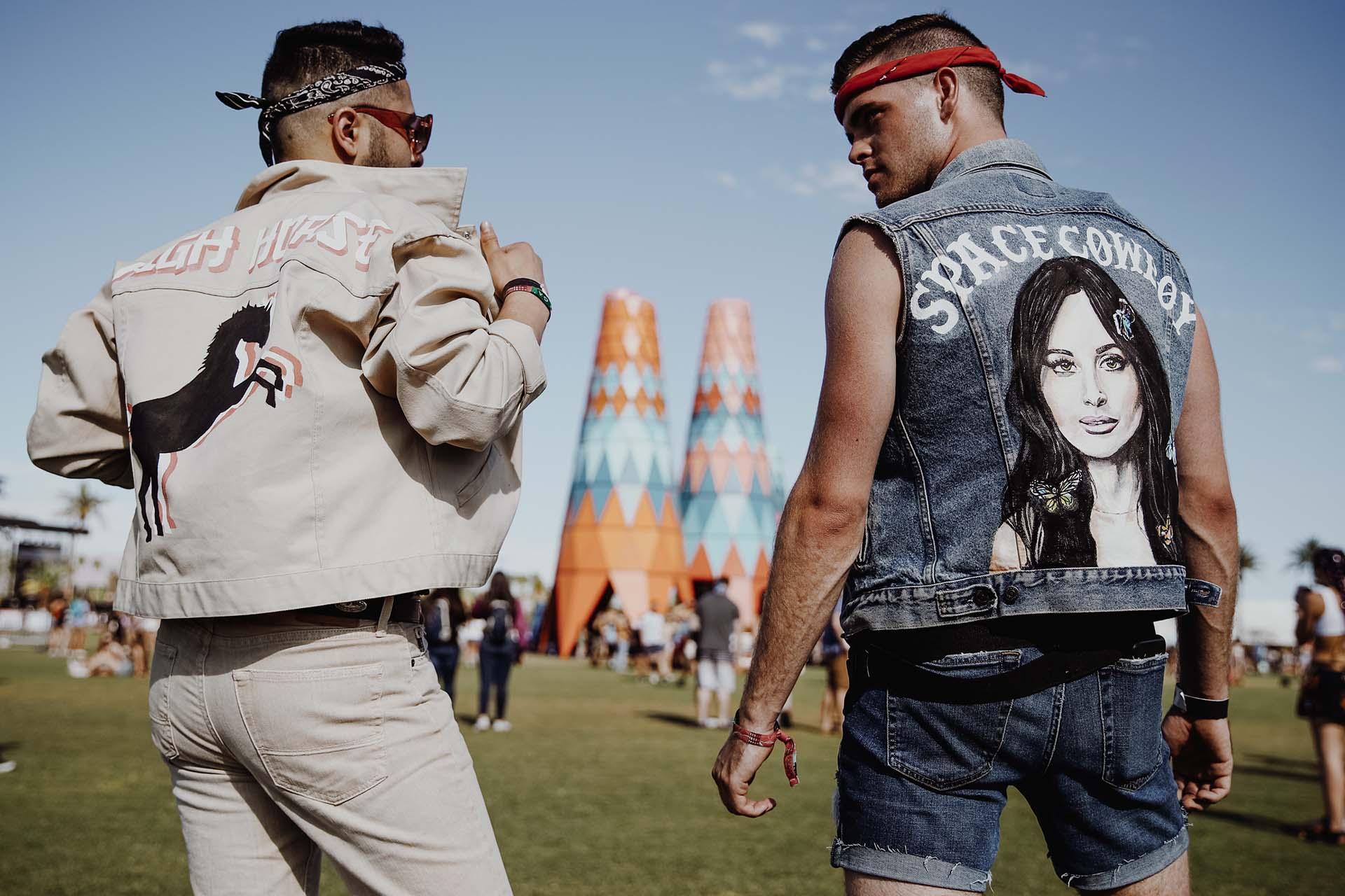 Space Cowboy. El estilo groupie, un clásico en los festivales de música. Es clave llevar una prenda de las bandas favoritas para esperar el recital y cantar las canciones. Camperas de jean, chalecos, remeras y buzos fueron las prendas que más se vieron los días del Coachella