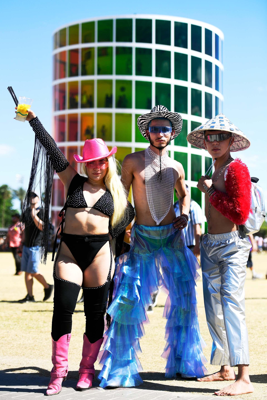 Personajes extravagantes si los hay en los festivales. Gorros, sombreros y botas. El metalizado tomó protagonismo en estos tres amigos y los anteojos de colores como principal denominador común en ellos