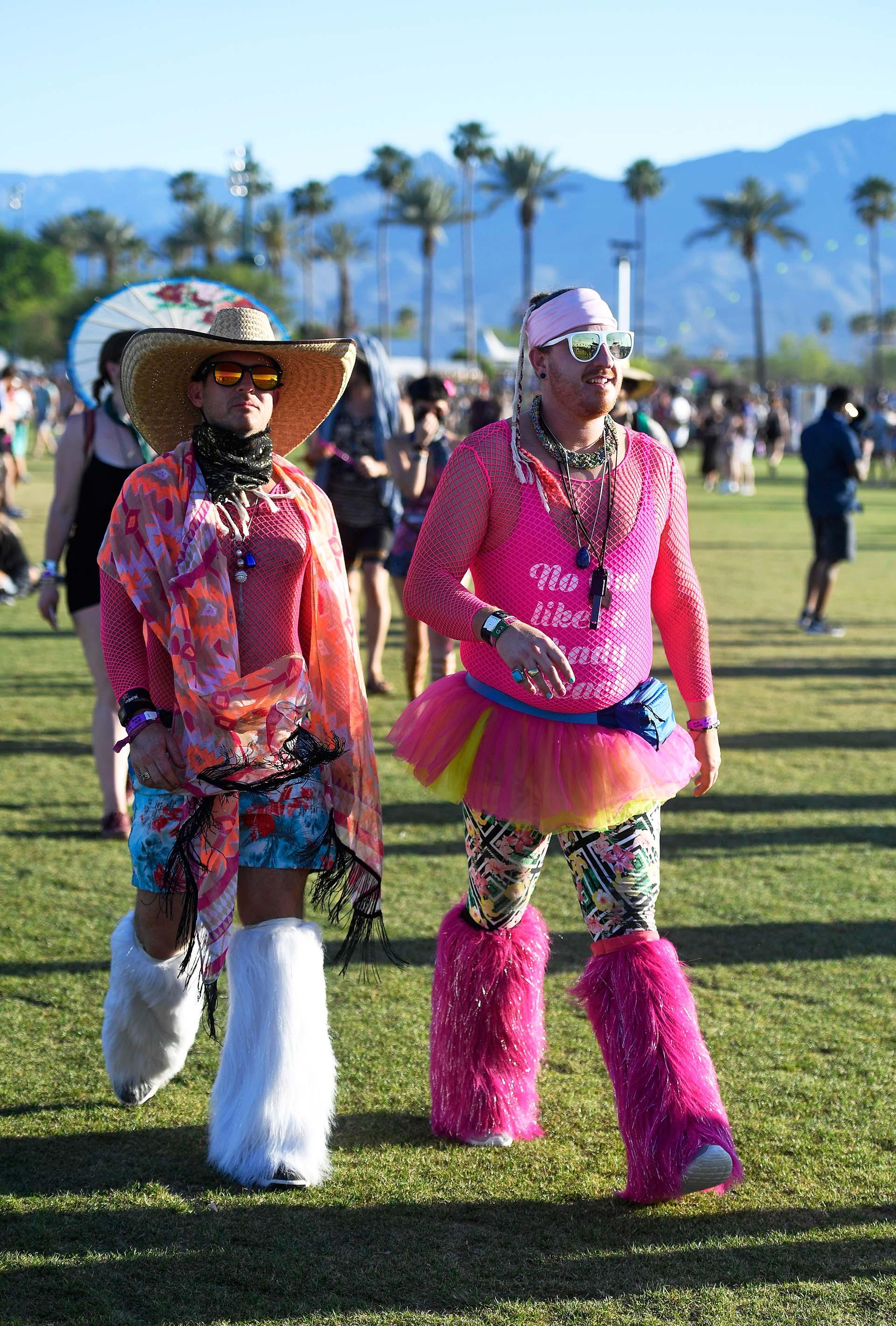 El fucsia como el gran protagonista de los looks. Gafas metalizadas con espejos tornasol, sombrero al estilo mexicano y vincha, body con red y tutú combinado con calzas estampadas, y la vedette de los looks las polainas de pelo en blanco y fucsia