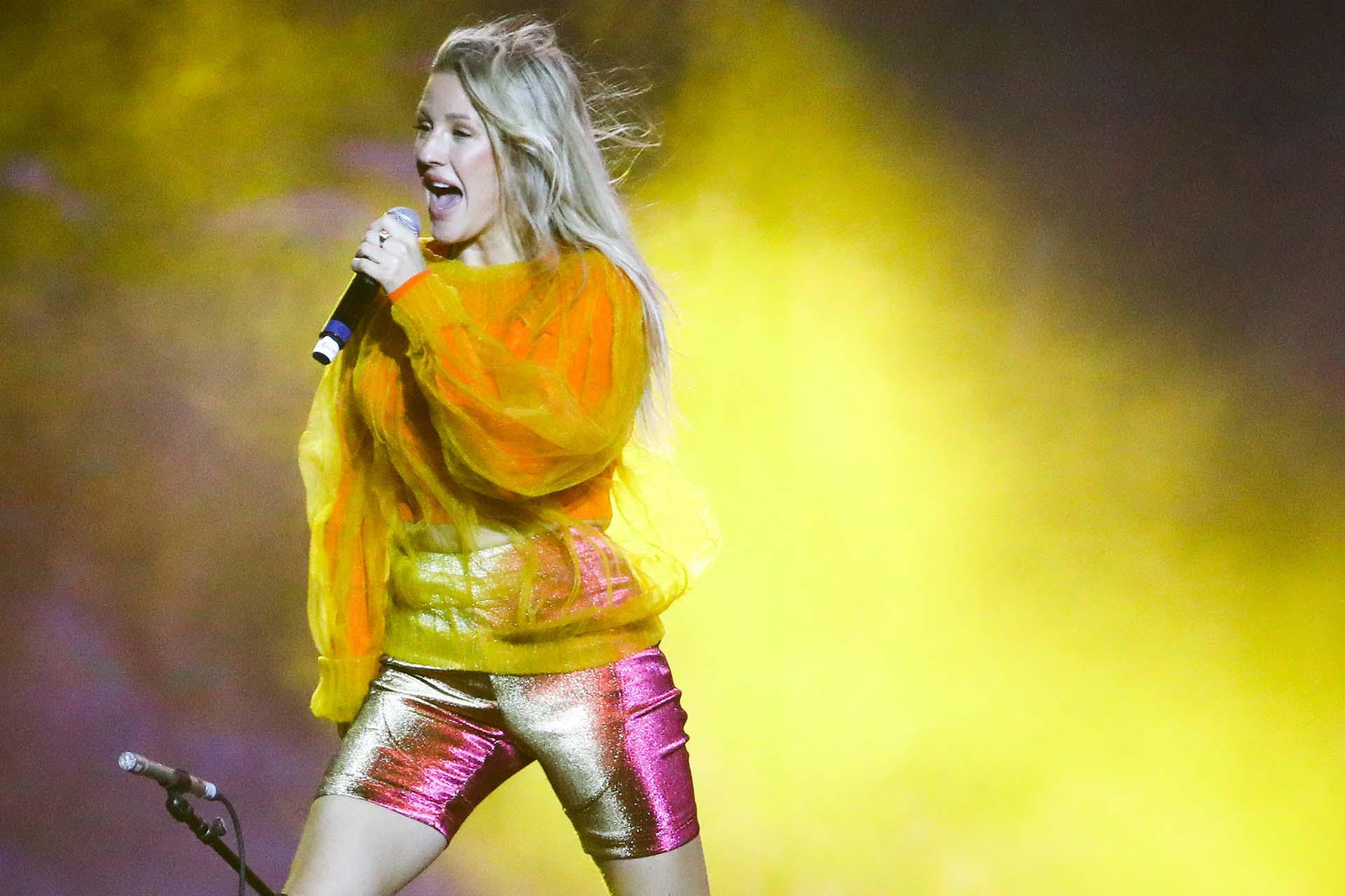 Ellie Goulding, la británica fashionista eligió los biker shorts en dorado y un buzo en mostaza. Sorprendió a todos con su voz y con su look monocromático