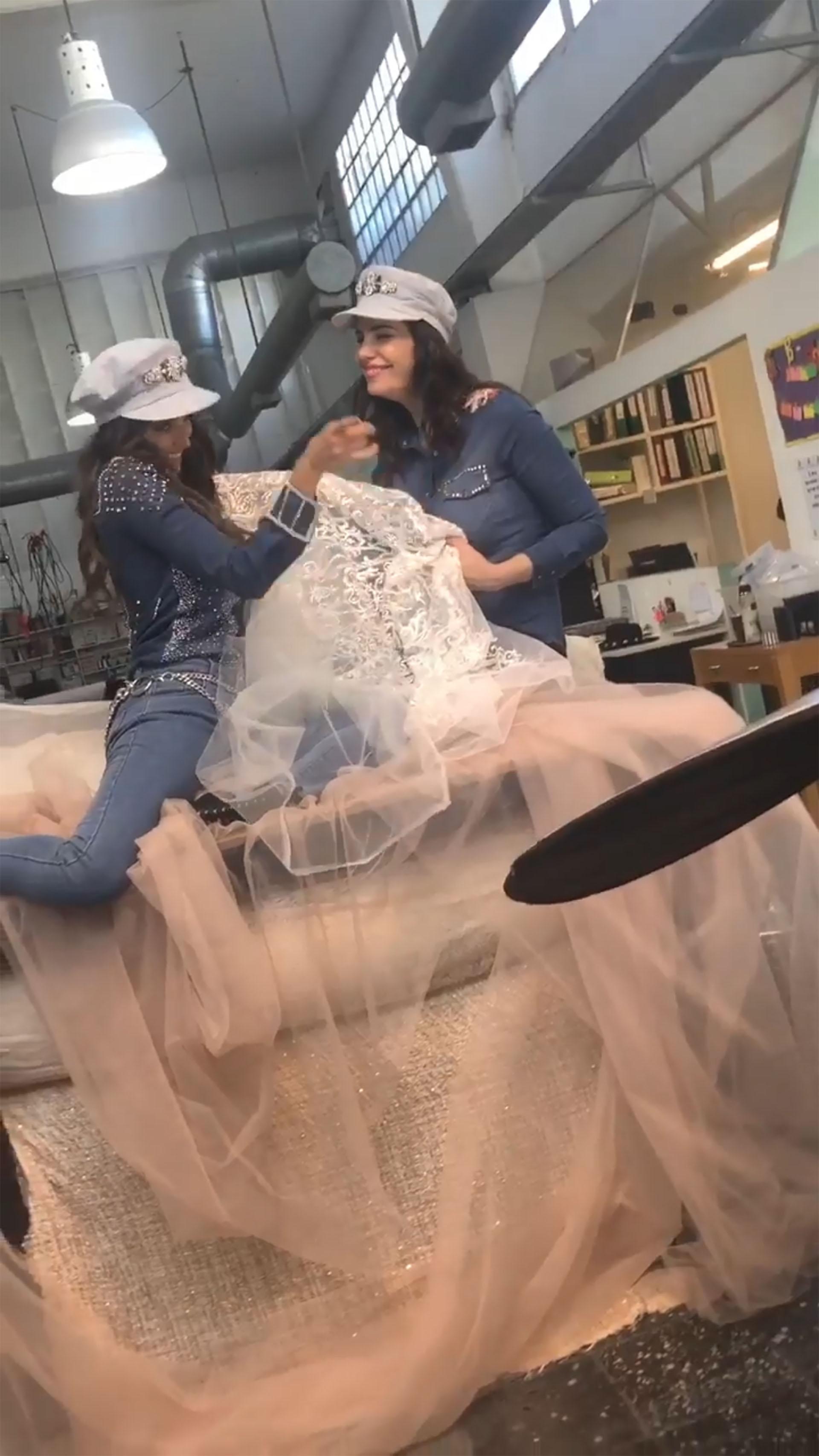 Romina Pereiro visitó a Paz Cornú en su fábrica para ver los géneros y confió ciegamente en la diseñadora para ser la creadora de su vestido de novia (Instagram: @pazcornuok)