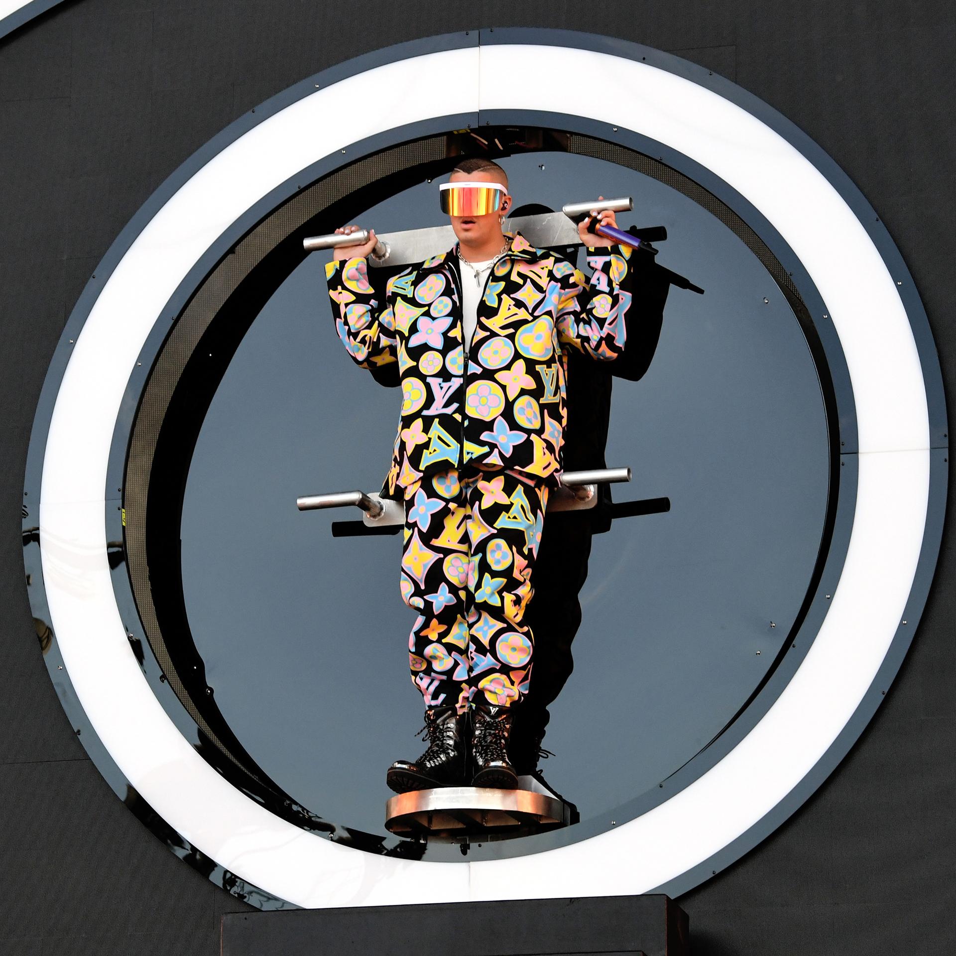 Bad Bunny apostó a la tendencia del logomanía y lo hizo con un conjunto de Louis Vuitton. De camperón y jogging con borcegos. Completó el look con unos anteojos con vicera al estilo futurista