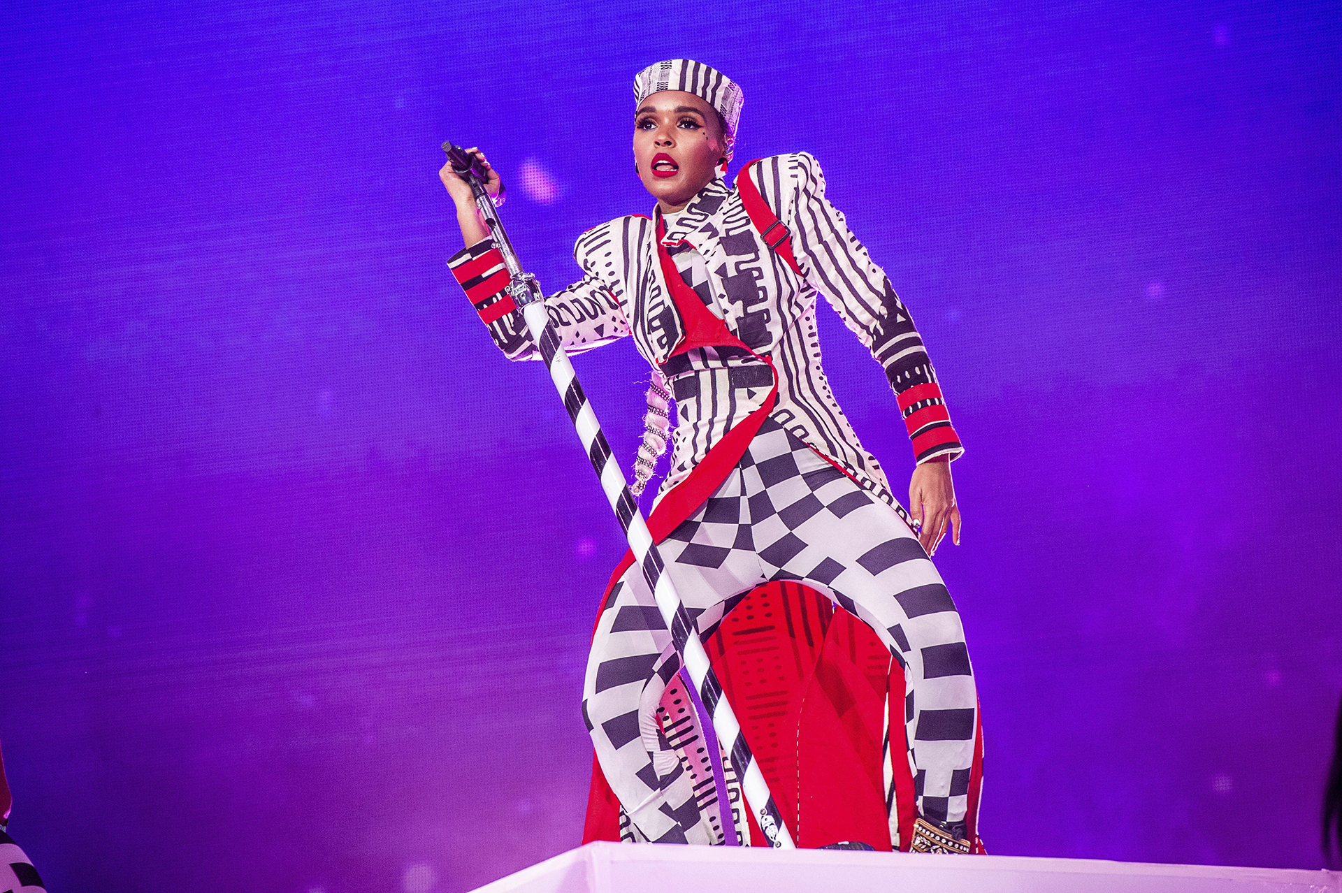 Janelle Monae apostó a un traje cuadrillé y con mix de rayas en blanco, negro y rojo que lo completó con un sombrero marinero. El cantante sorprendió a todos sus fanáticos con sus canciones