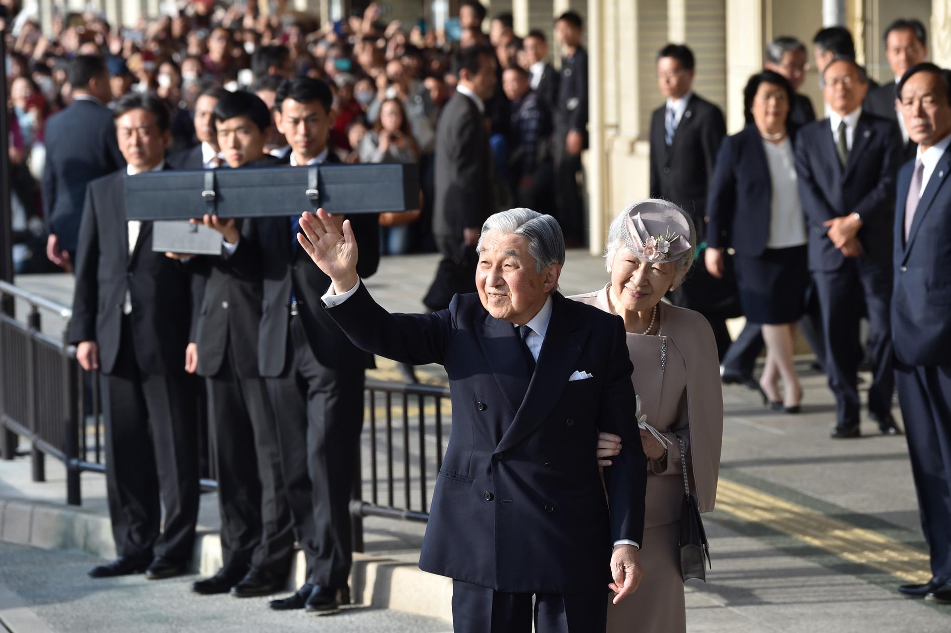 El emperador Akihito y su mujer, la emperatriz Michiko, saludan a su llegada a Ujiyamada Station