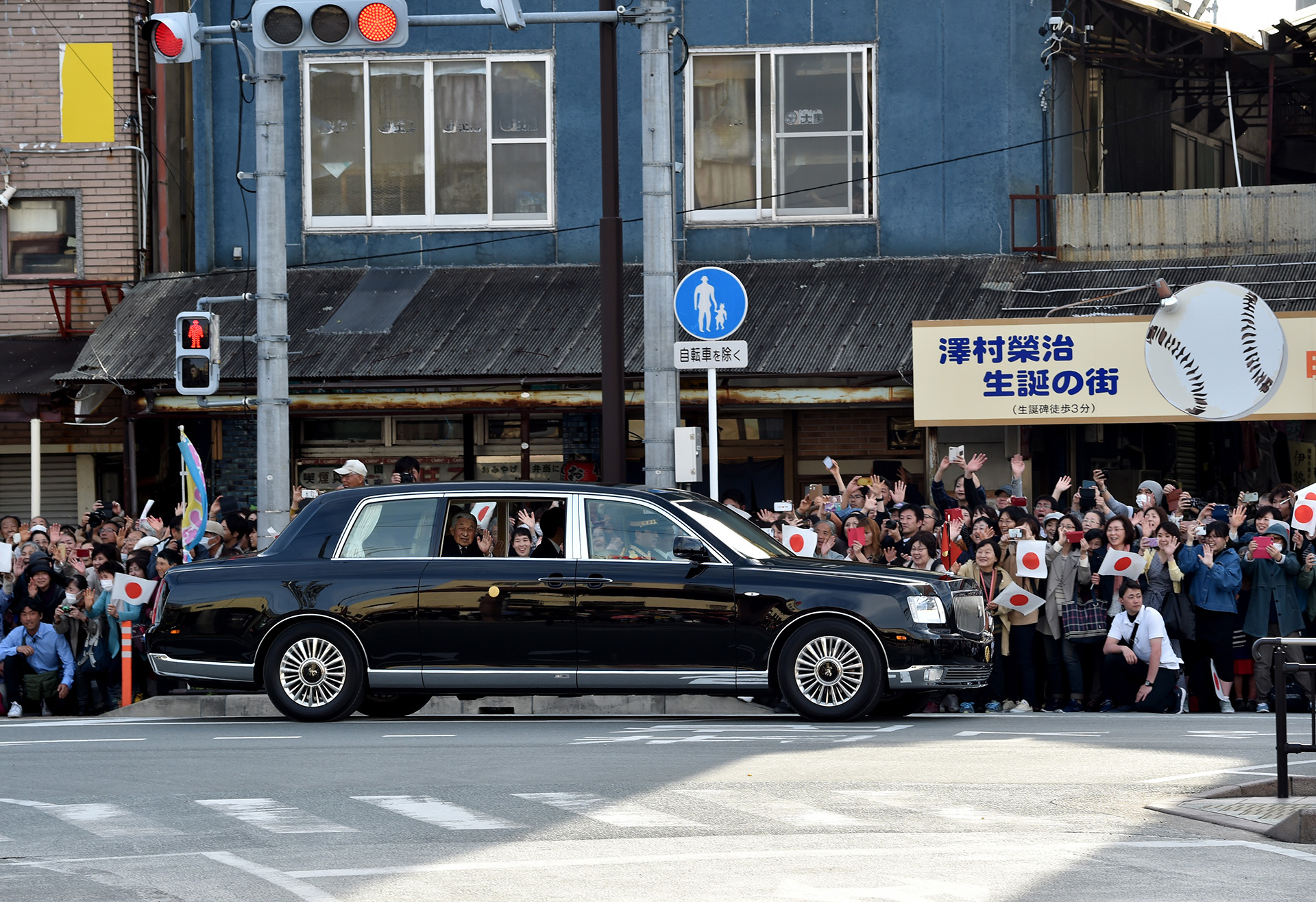Los emperadores recibieron el cariño de la gente, que los esperó con paciencia para saludarlos y tomarles fotografías