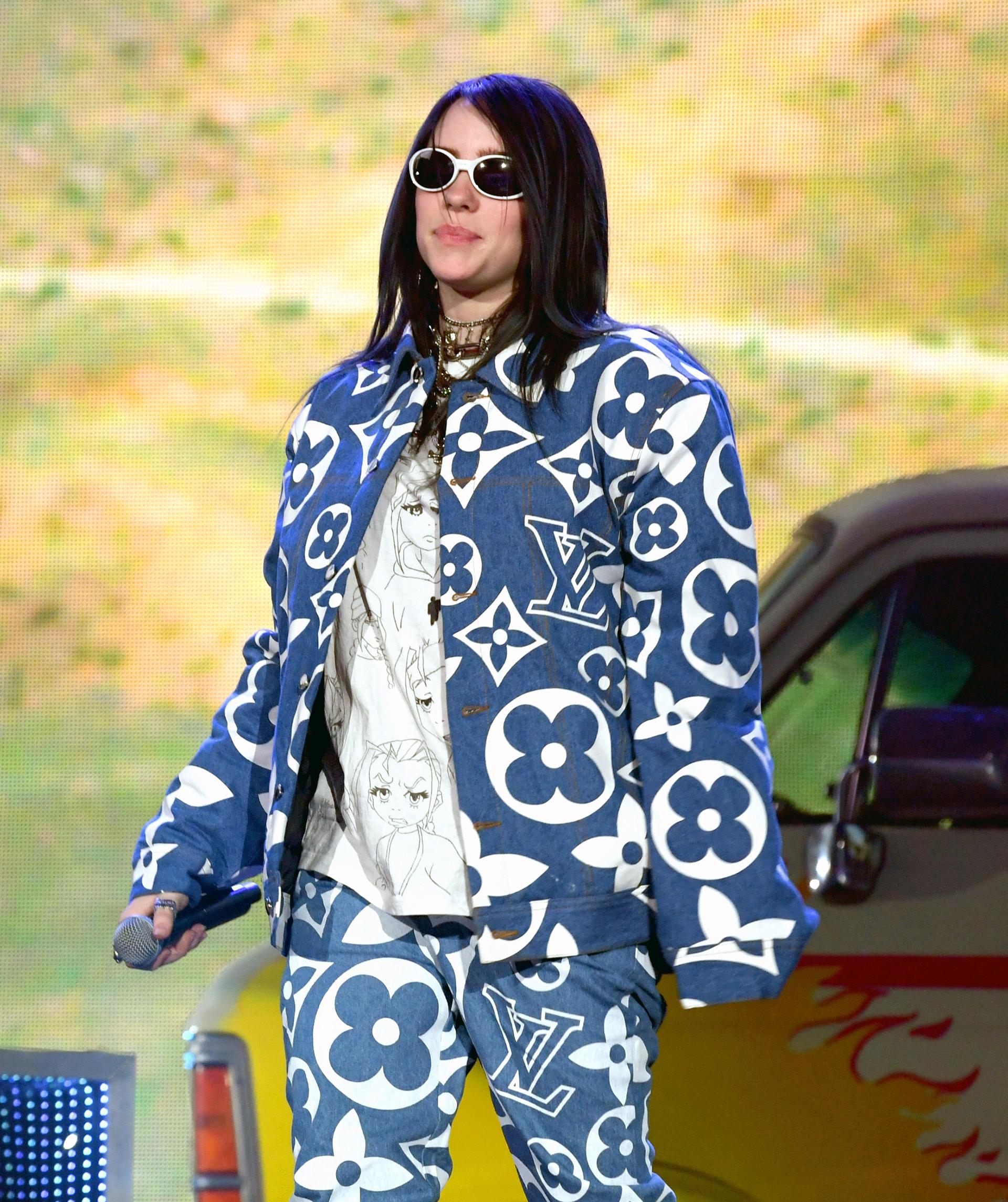 Billie Eilish la cantante del momento apostó a la tendencia it: logomanía con un conjunto en denim de chaqueta y pantalón de denim de Louis Vuitton junto a una remera estampada. La cantante lo completó con una gargantilla dorada y anteojos al estilo vintage