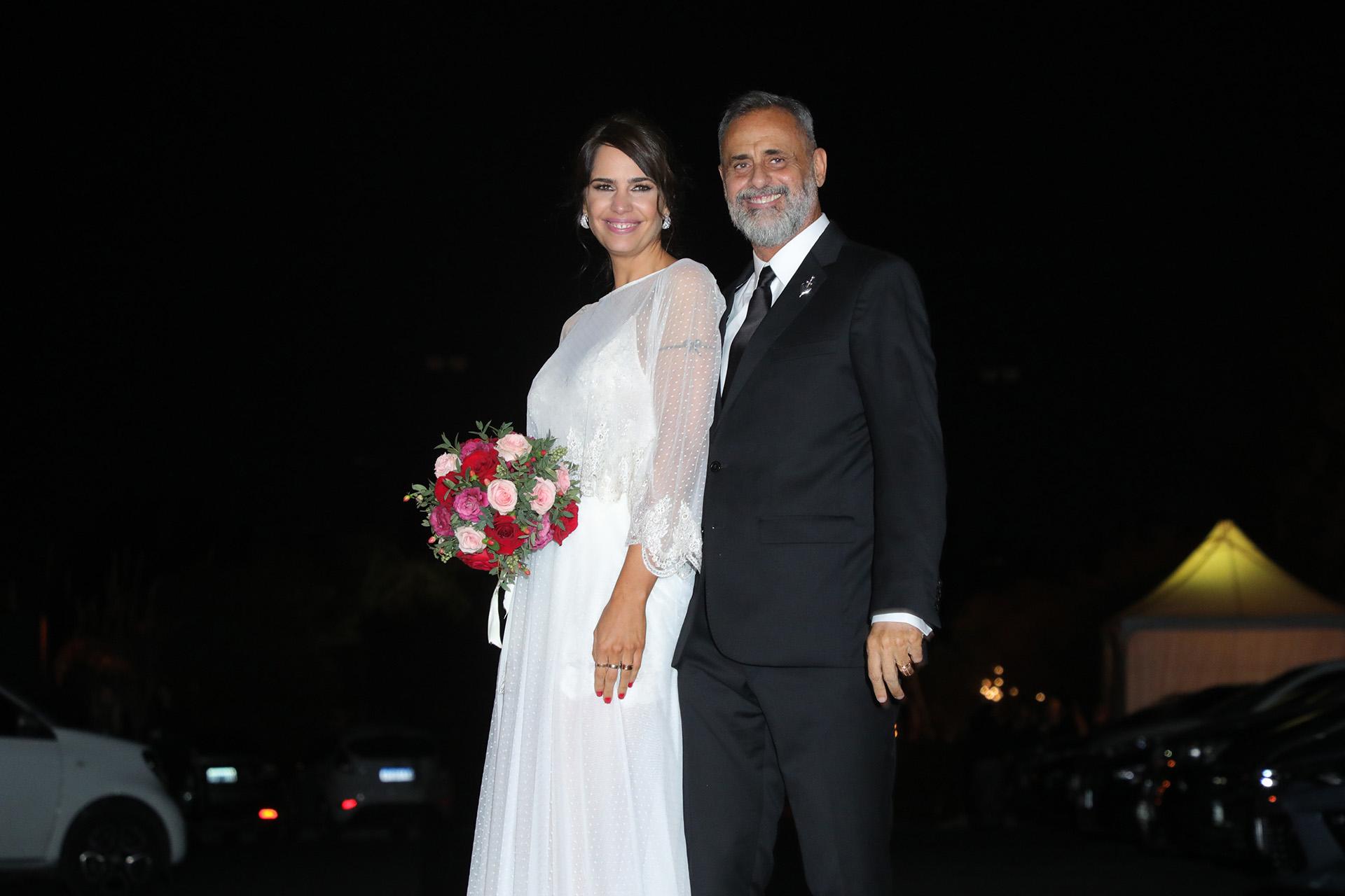 Blanco radiante, el diseño de novia de Romina Pereiro y el esmoquin negro de Jorge Rial, los flamantes marido y mujer (Christian Bochichio)