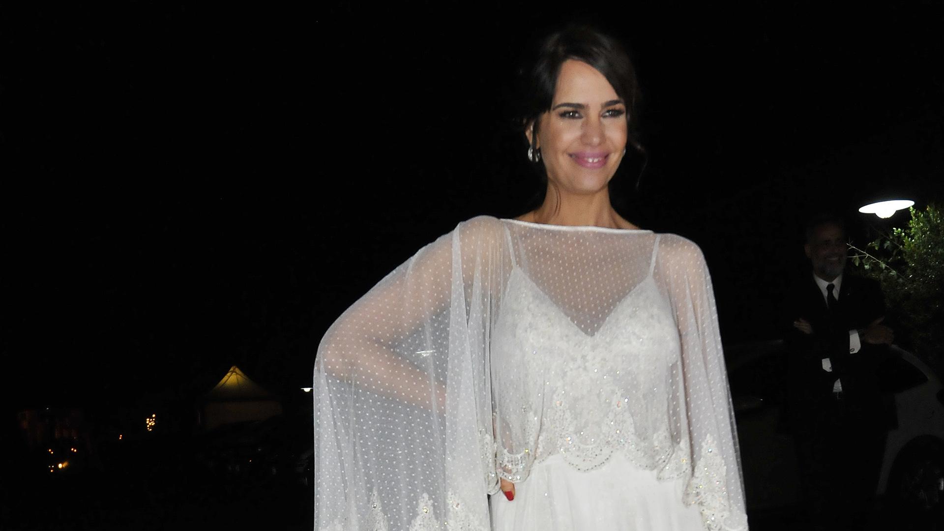 La novia lució un diseño de Paz Cornú y tocado hecho a mano de Tita Cole Bridal