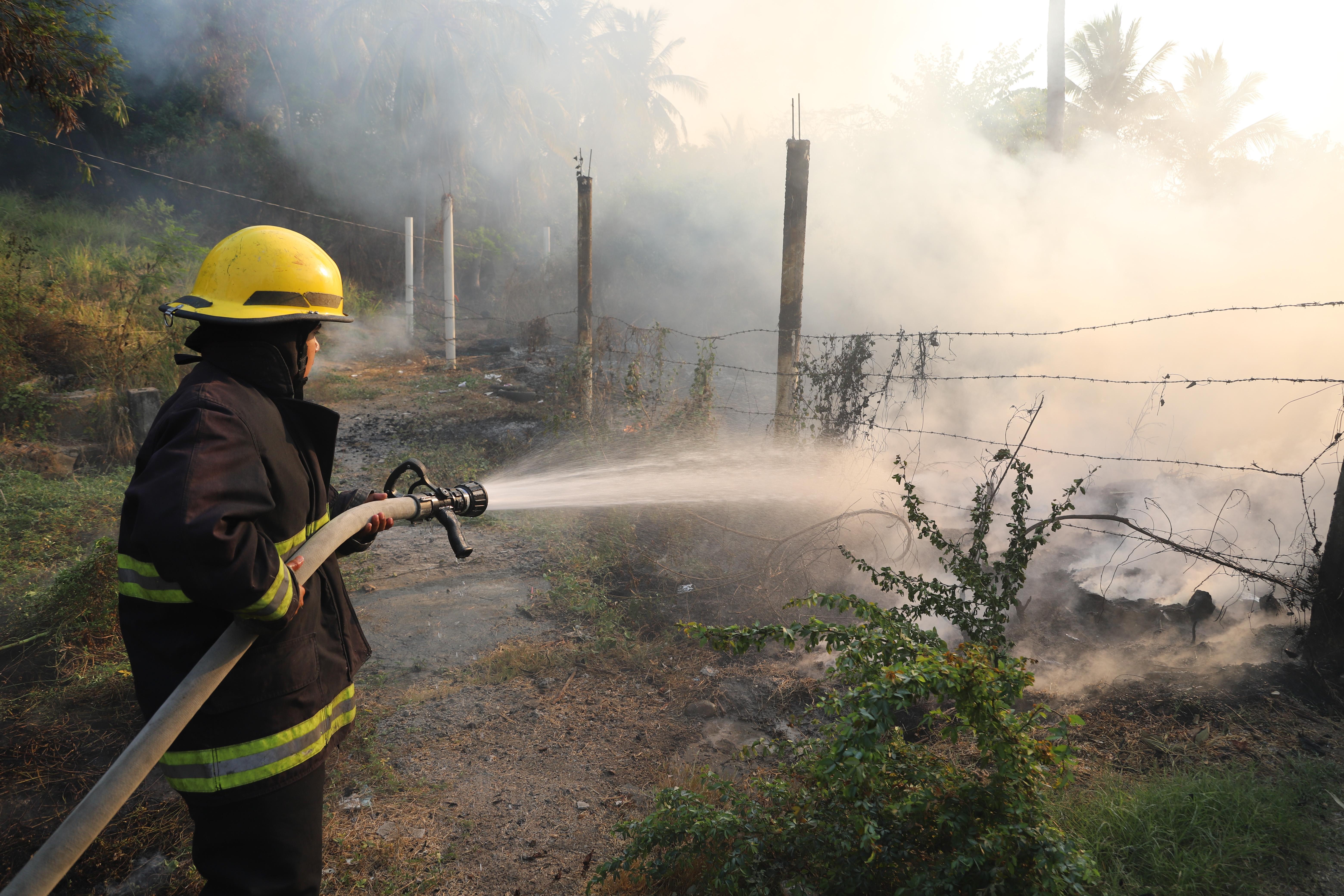 Un bombero intenta contener un incendio en Acapulco (Foto: Bernandino Hernández/ Cuartoscuro)