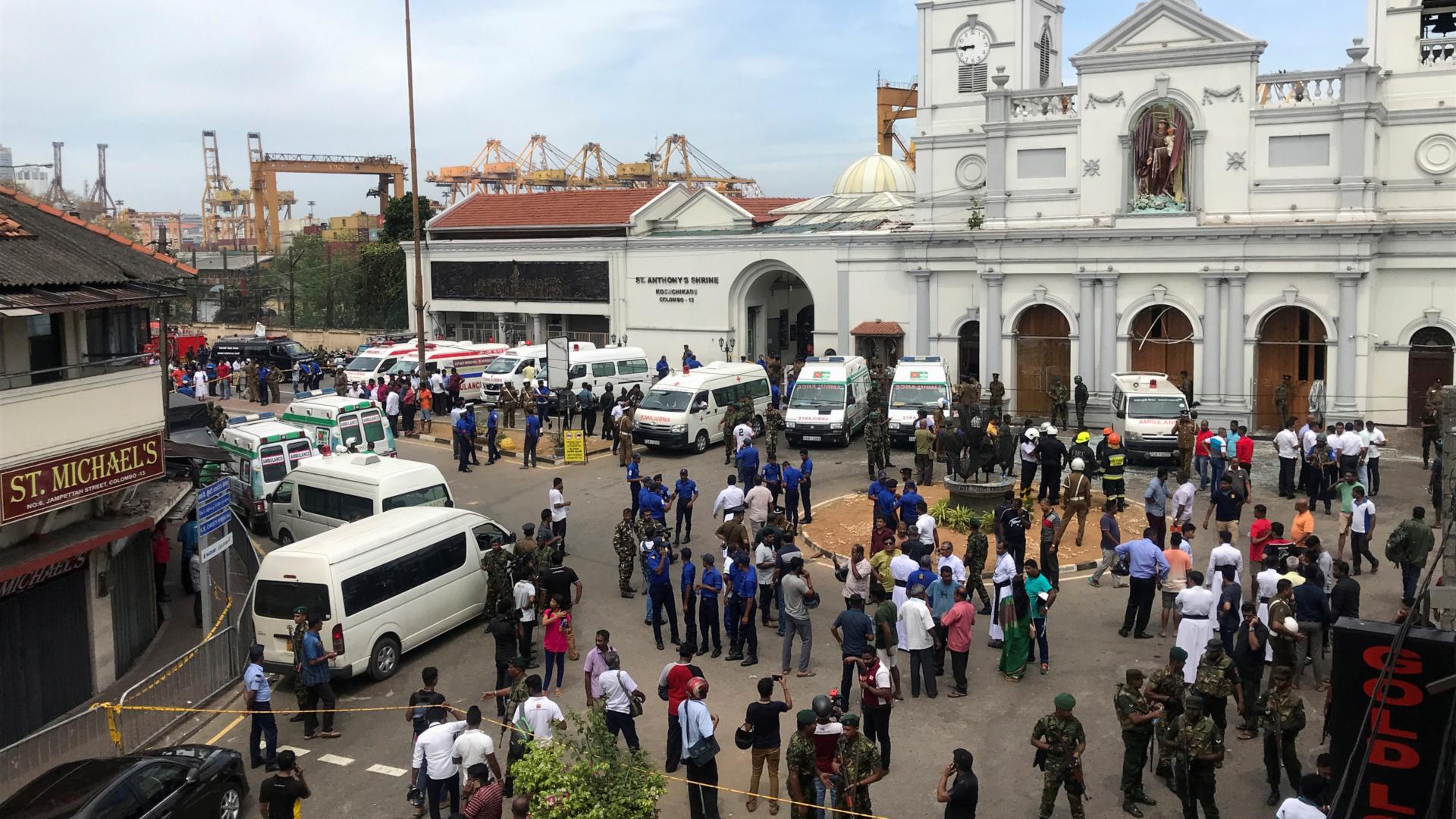 Miembros de la policía y ejército custodian una iglesia (Reuters)