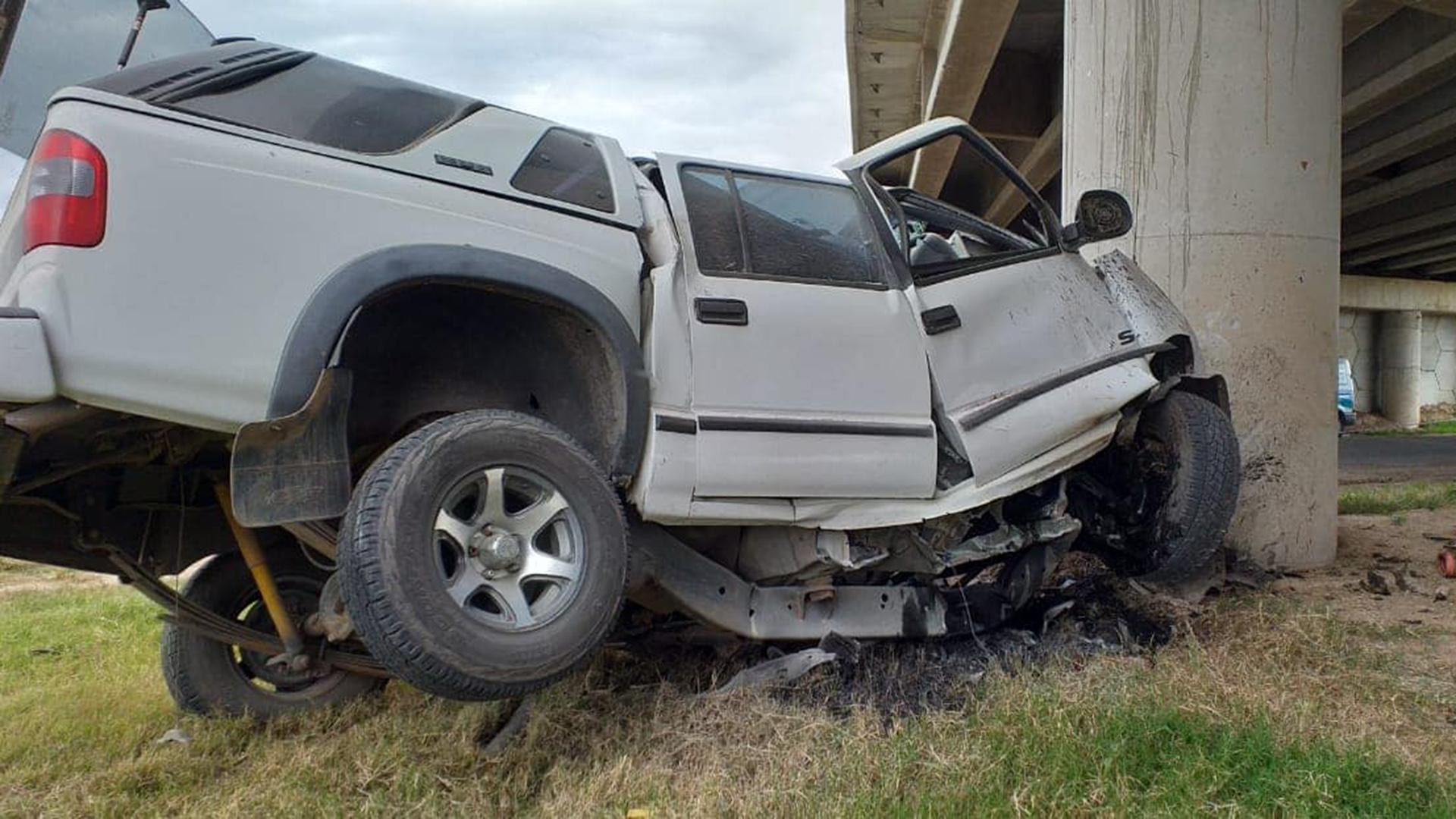 La Chevrolet S-10 de Presviterio tras impactar contra el puente en el ingreso a Elena