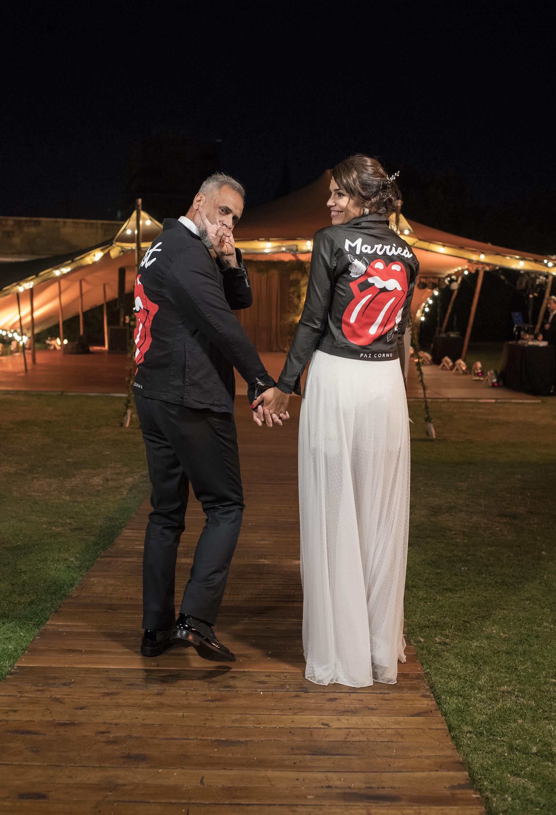 """Otro de los detalles que pensaron Paz Cornú y Claudia Villafañe: los novios usaron la misma campera negra con la lengua de los Rolling Stone (la marca roquera de Romina); en la espalda de él, la palabra """"Just"""", y en la de ella, """"Married""""; recién casados, por supuesto"""