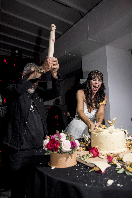 Con palos de amasar, los novios rompieron la decoración de la torta