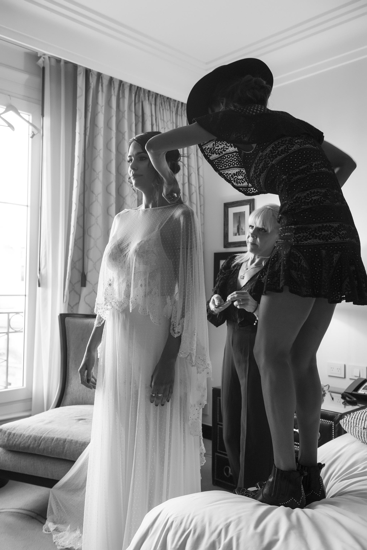 Paz Cornú y los últimos retoques al vestido de la novia; Claudia Villafañe, la wedding planner, atenta a cada detalle