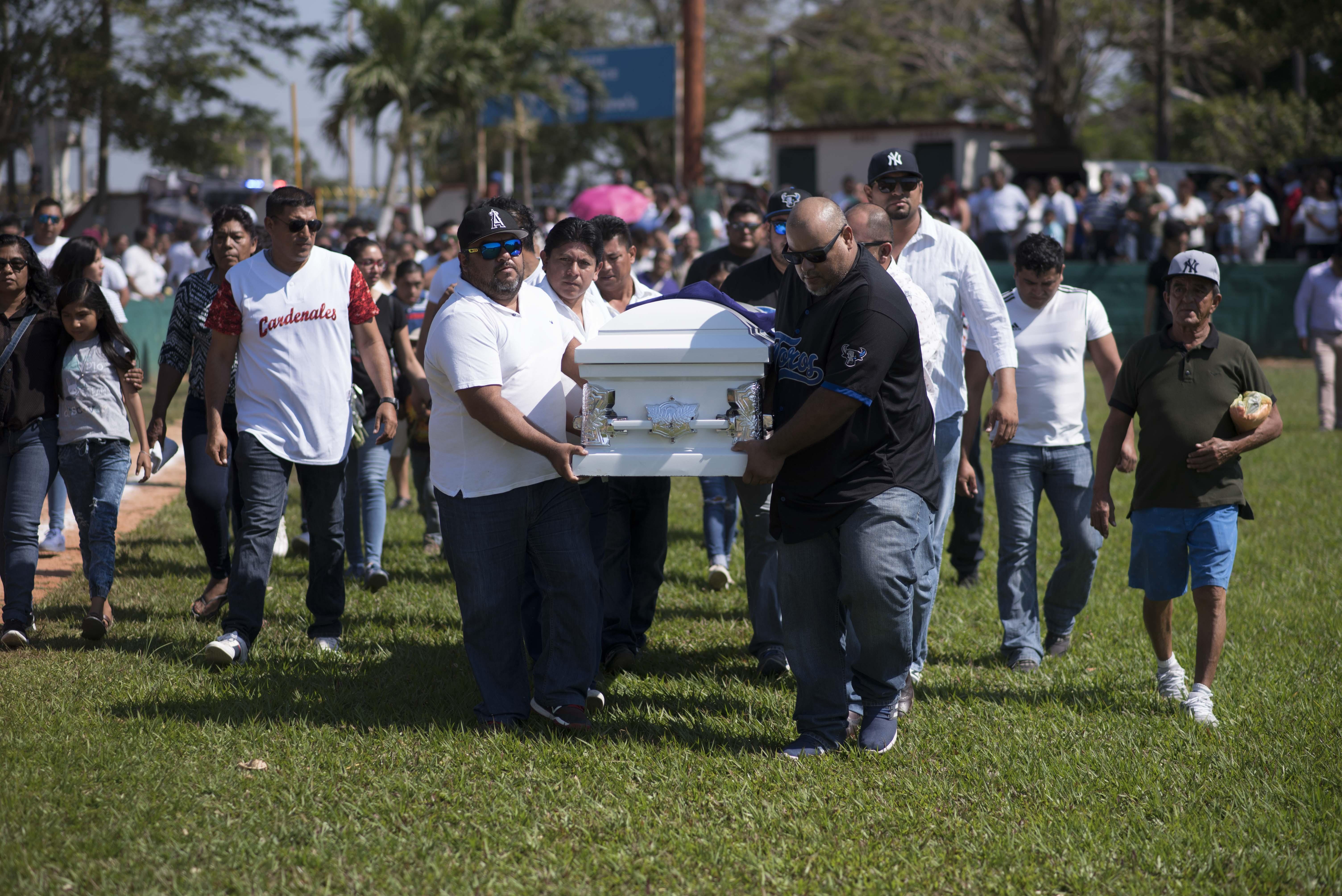 Familiares y amigos de César Hernández y el pequeño Santiago les dieron el último adiós en un estadio de béisbol (Foto: Cuarto Oscuro)
