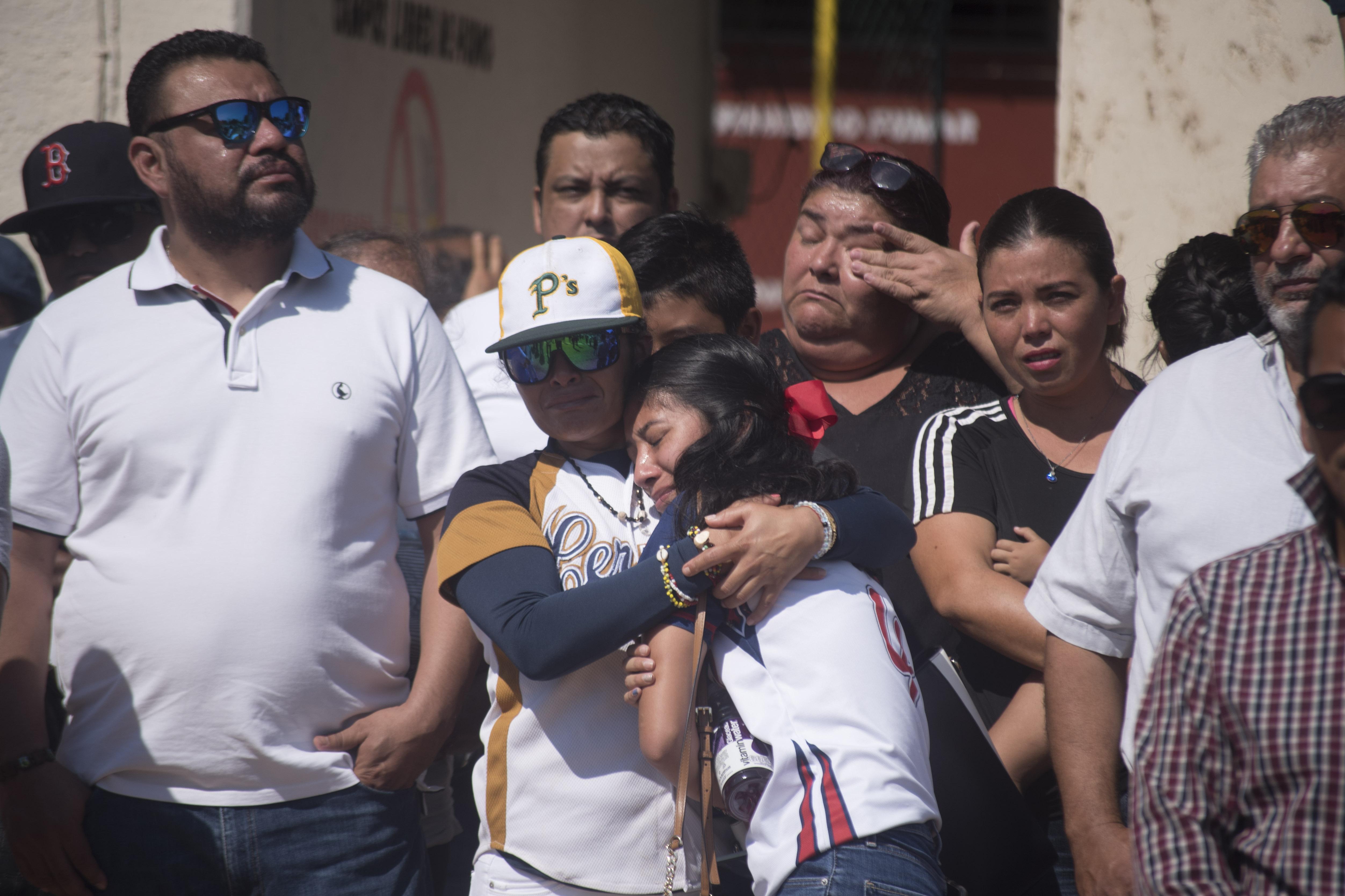Los asistentes manifestaron su dolor y tristeza por la pérdida de César Hernández, el pequeño Santiago e Irma Álvarez (Foto: Cuarto Oscuro)