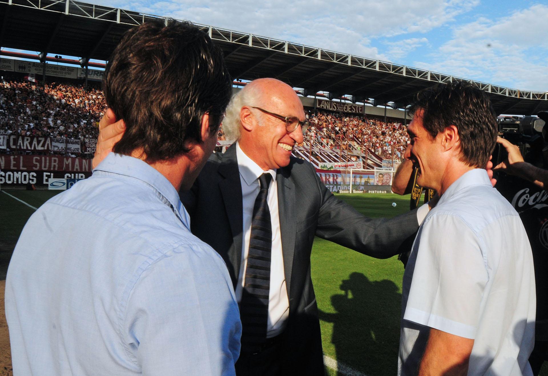 Con los Mellizos Guillermo y Gustavo Barros Schelotto, a quienes supo dirigir y luego enfrentar cuando se aventuraron a la dirección técnica.