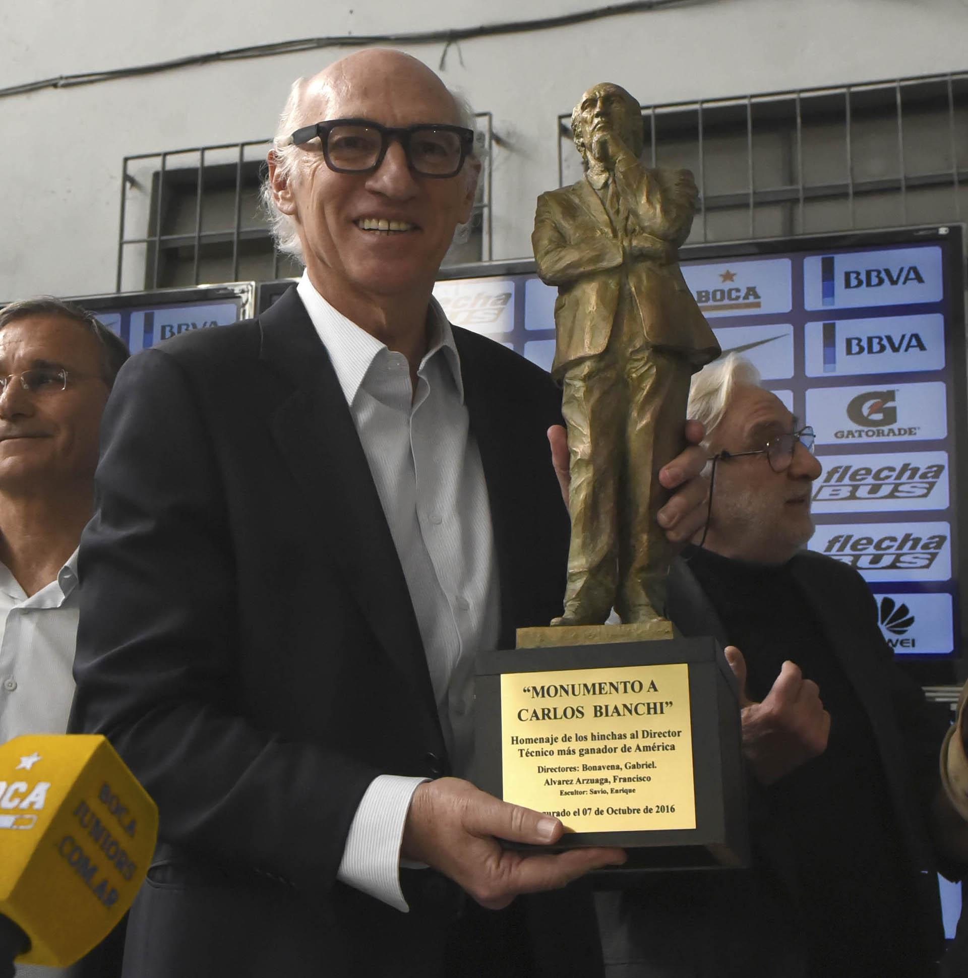 Bianchi, con una réplica de la estatua con la que Boca lo homenajeó